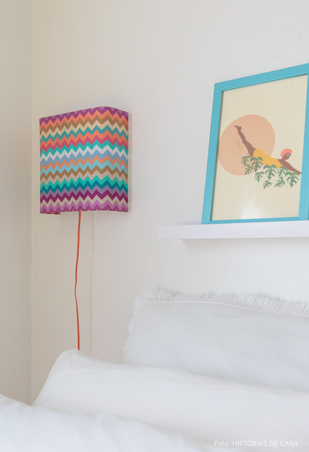 decoração praiana quarto com luminária colorida