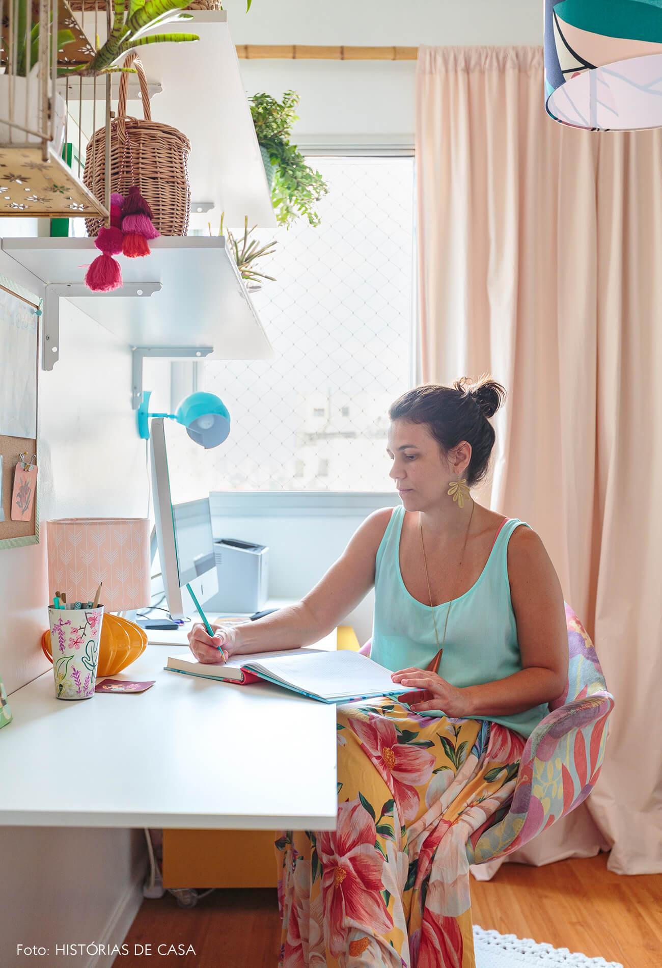 decoração praiana retrato em home office com cestos e mesa branca