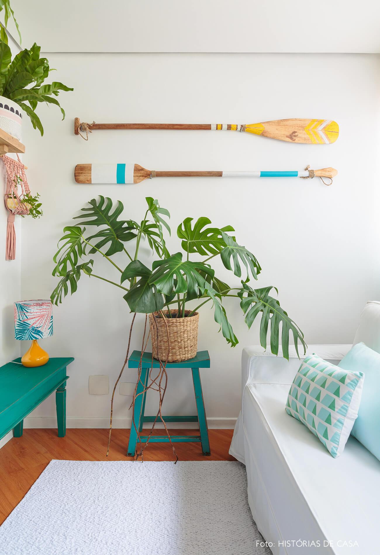 decoração praiana sala com plantas, cestos, e moveis azuis