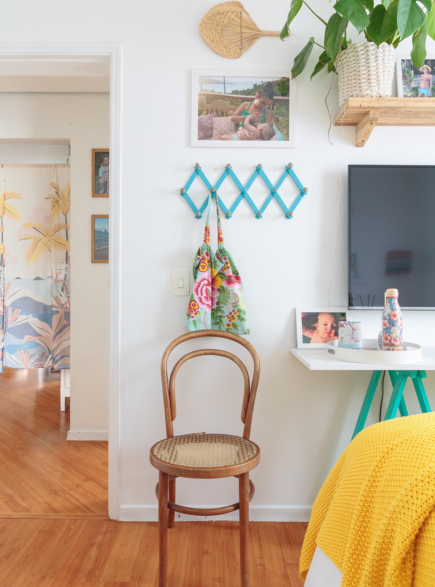 decoração praiana quarto com cadeira thonet e mesa de cavalete azul