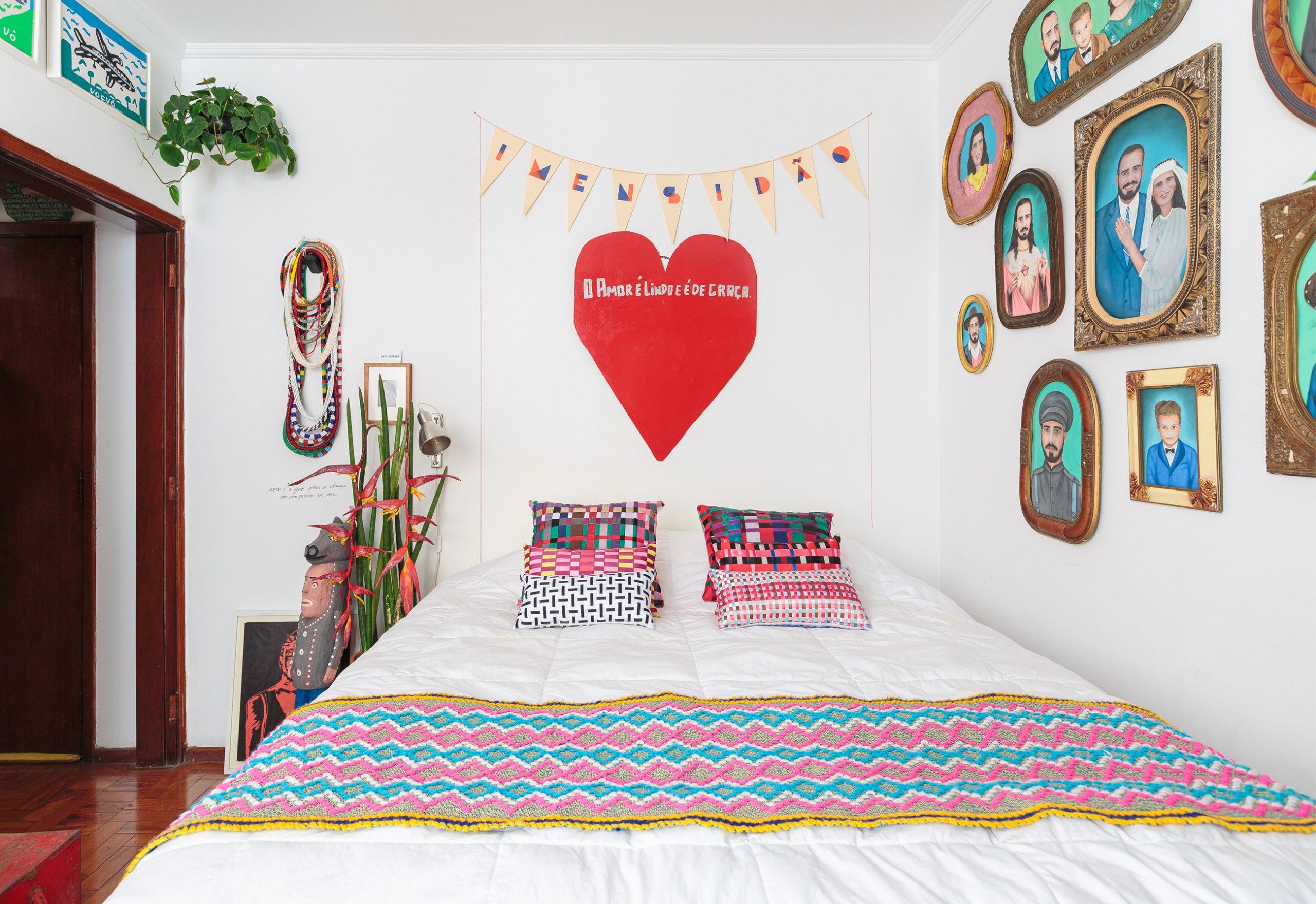 decoração quarto colorido com muitos quadros e varal decorativo