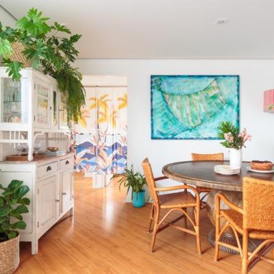 decoração sala jantar praiano com cestos muitas plantas e cadeiras de palha