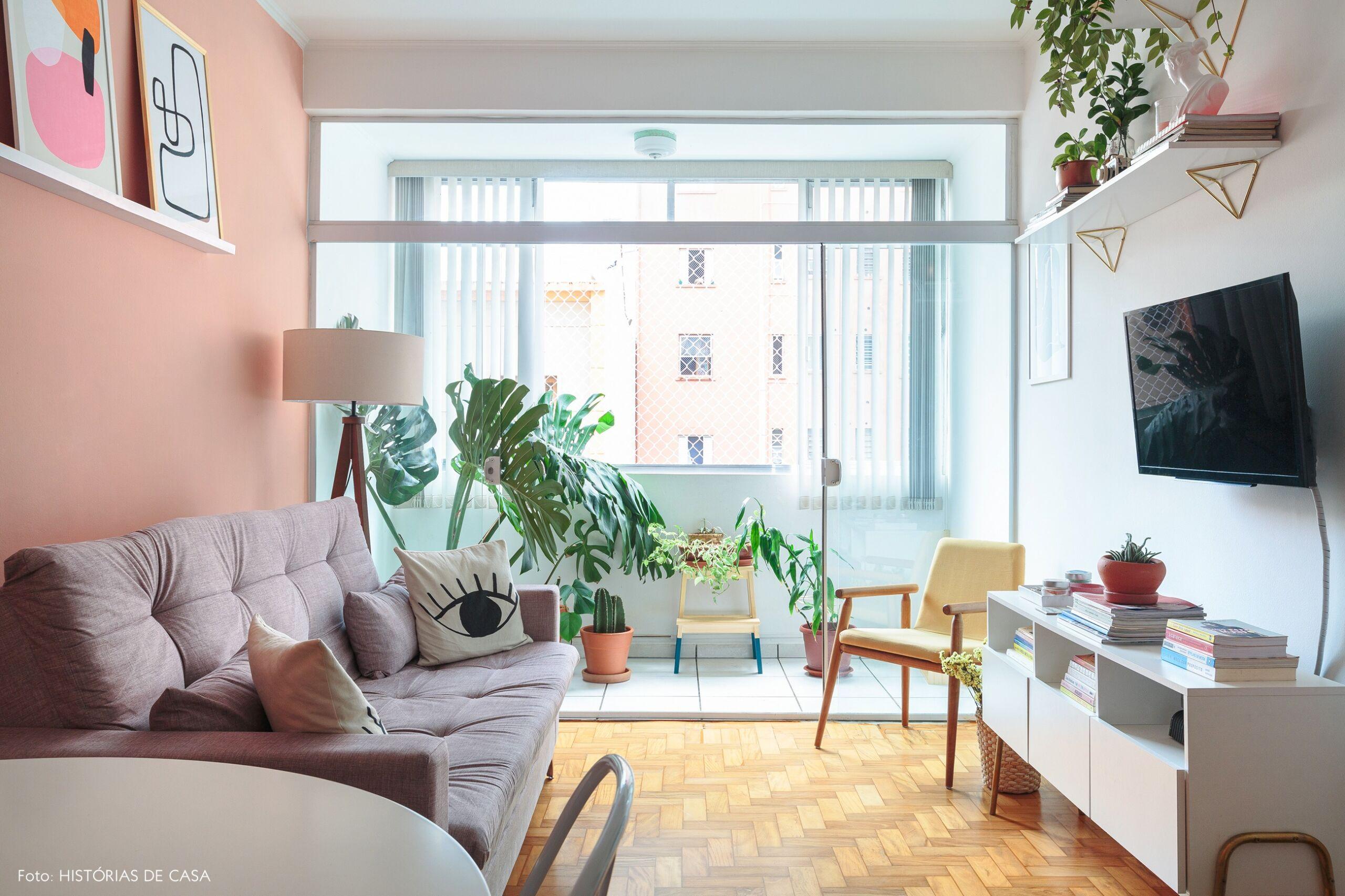 Sala com parede colorida e varanda iluminada
