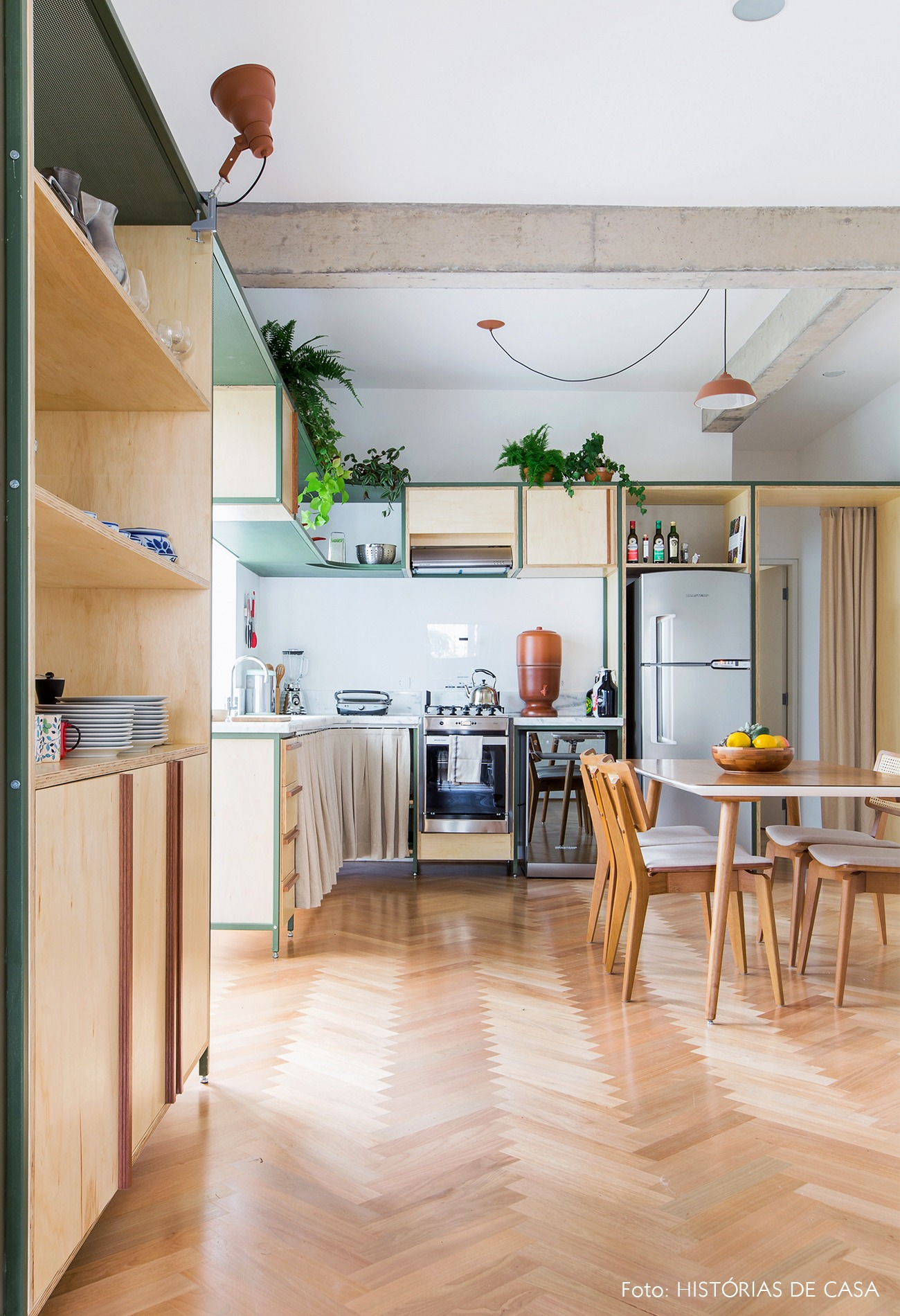 decoração apê cozinha armários marcenaria cadeira palhinha