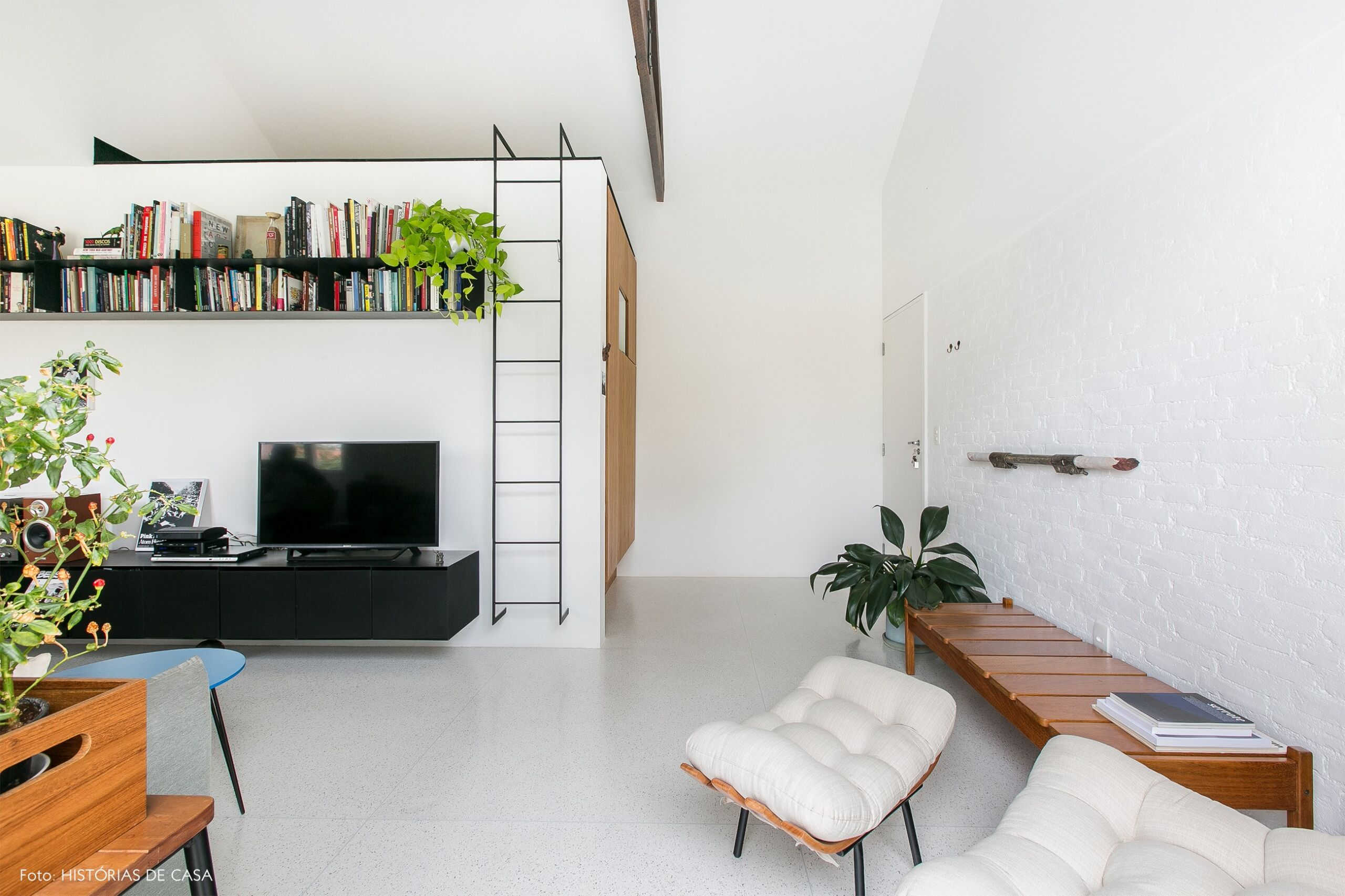 decoração apê minimalista branco poltrona costela rack preto