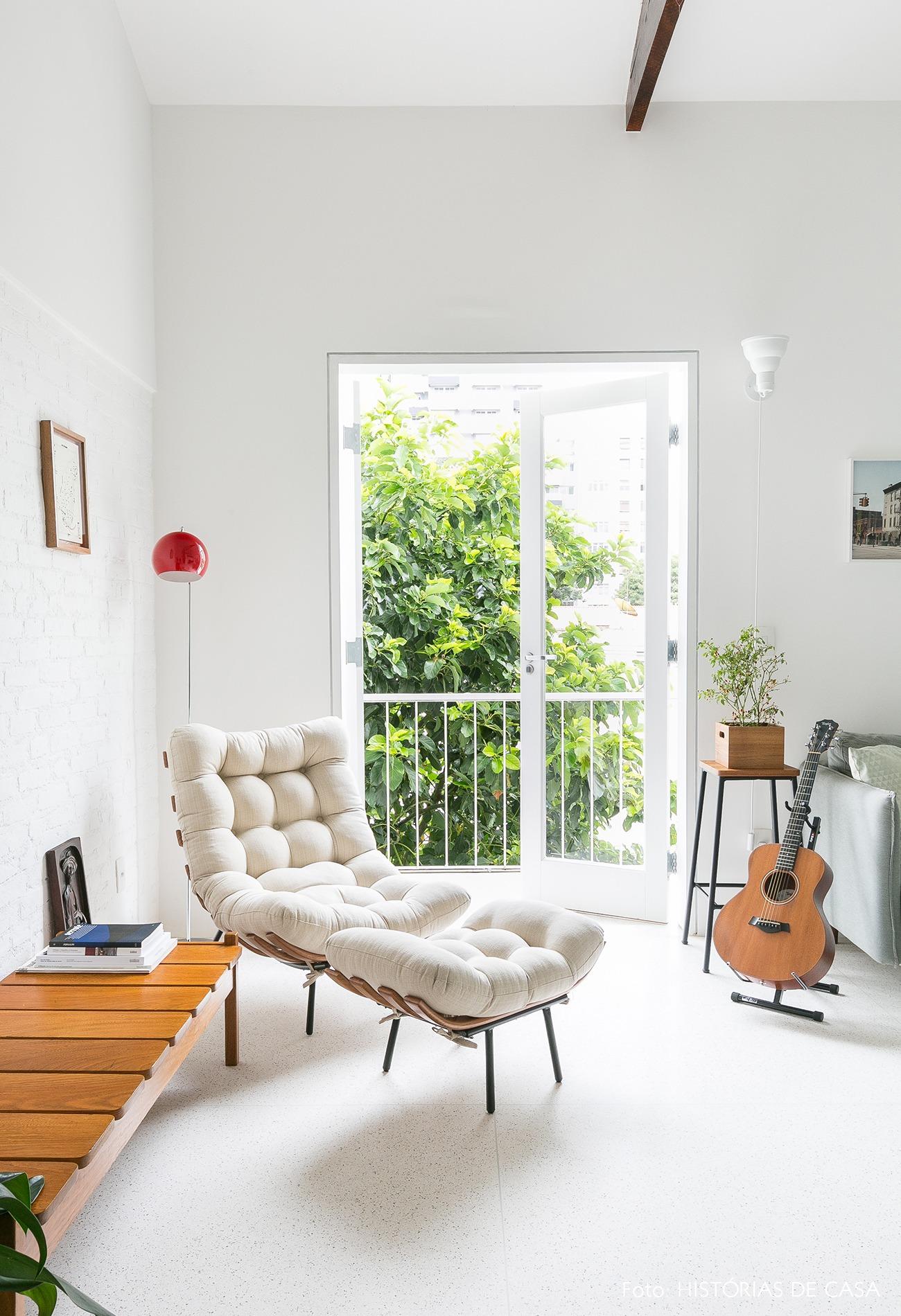 decoração apê minimalista branco poltrona costela