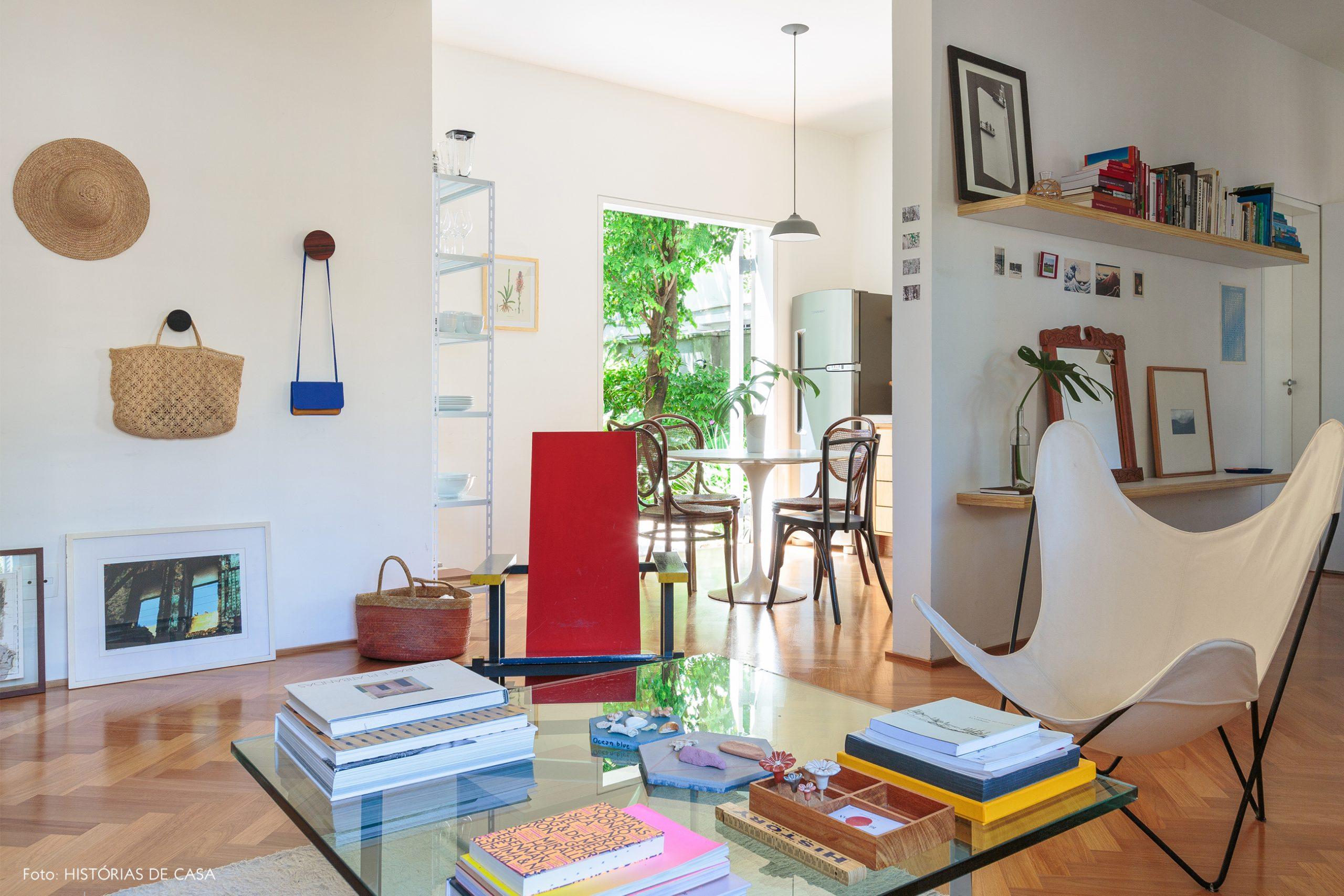decoração sala com cadeira butterfly cesto palha cadeira red and blue