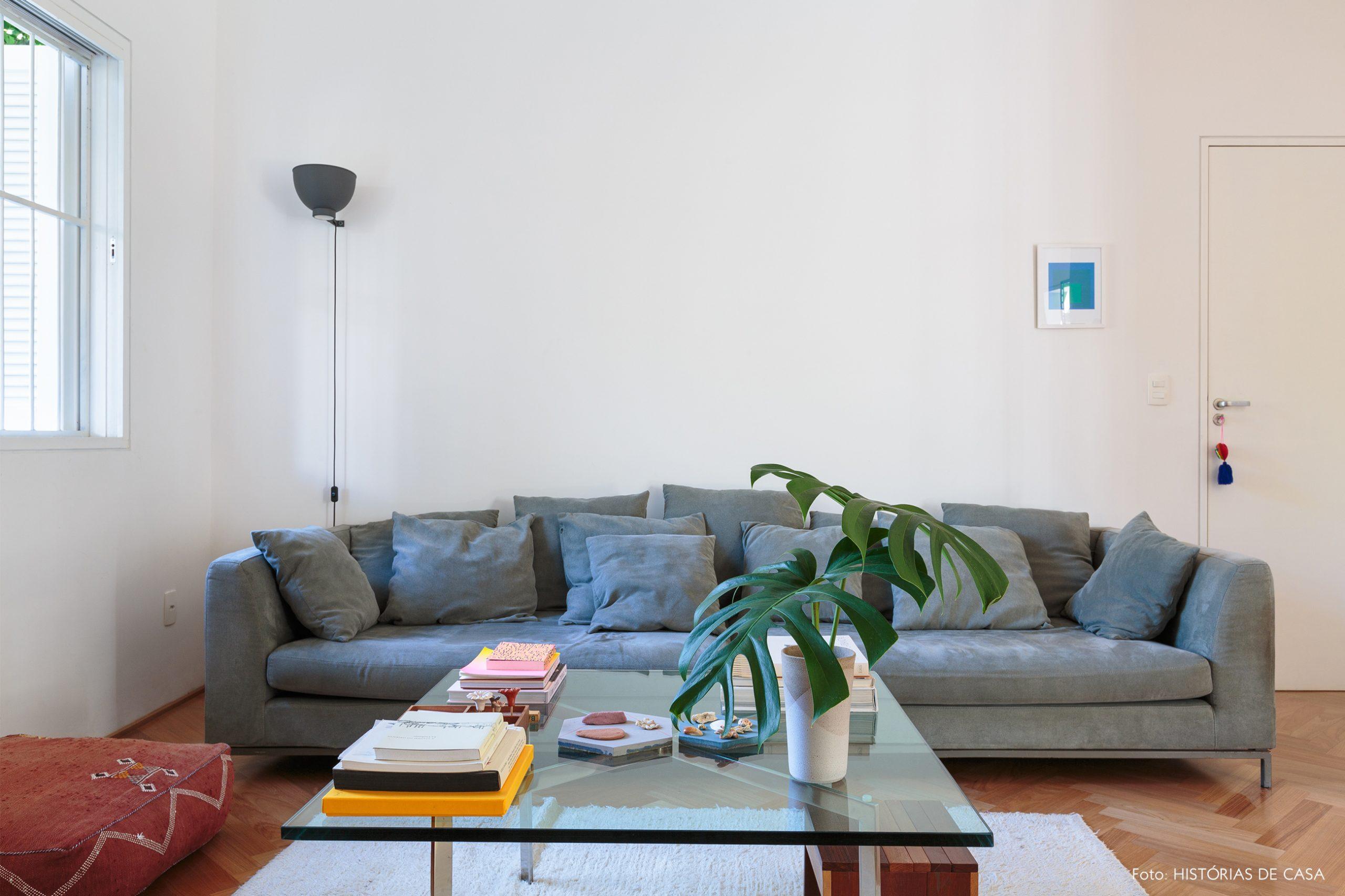 decoração sala com sofá cinza pufe vermelho