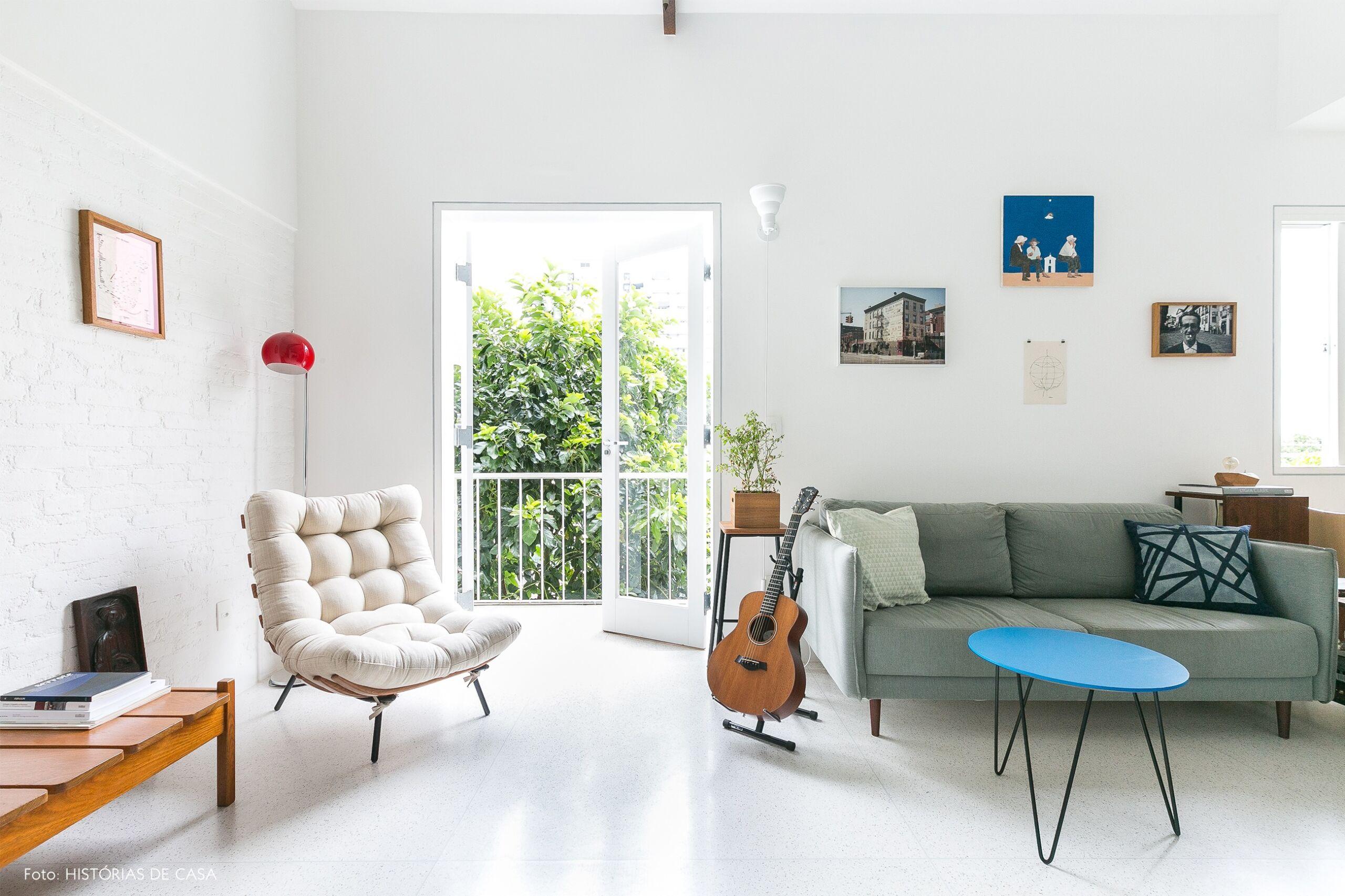 decoração apê minimalista poltrona costela varanda sala
