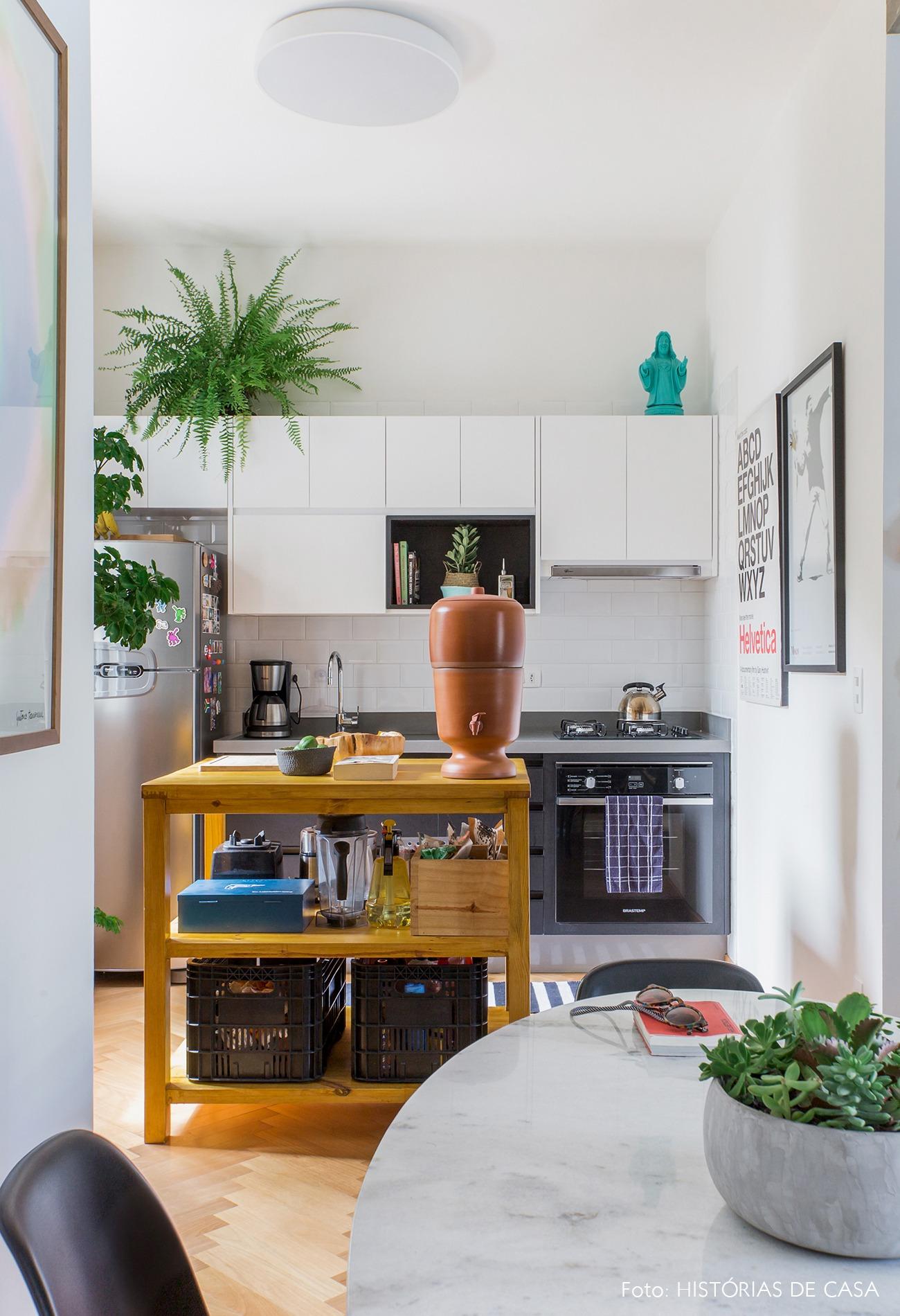 decoração apê cozinha com bancada de madeira plantas