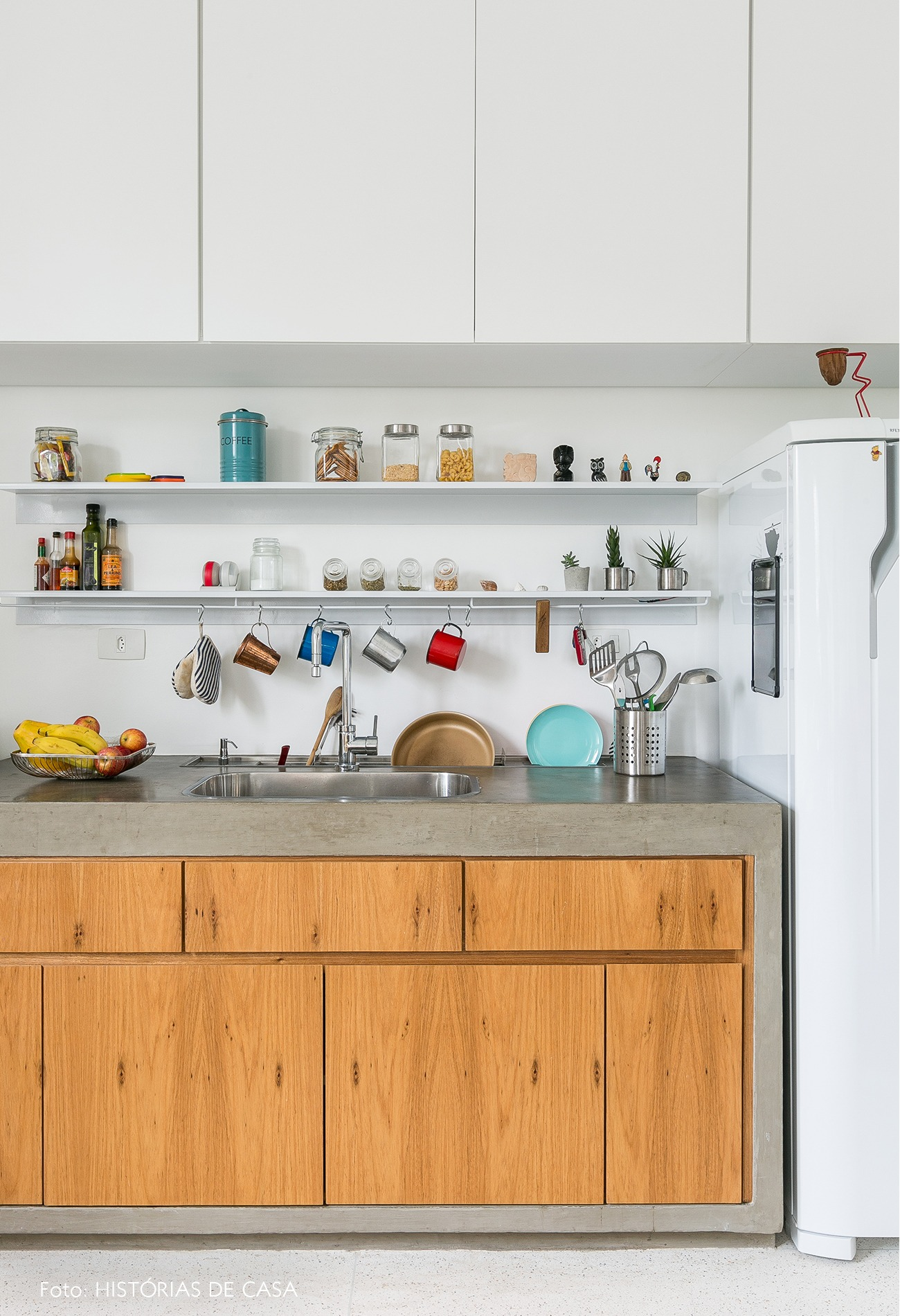 decoração apê minimalista cozinha branca marcenaria armários
