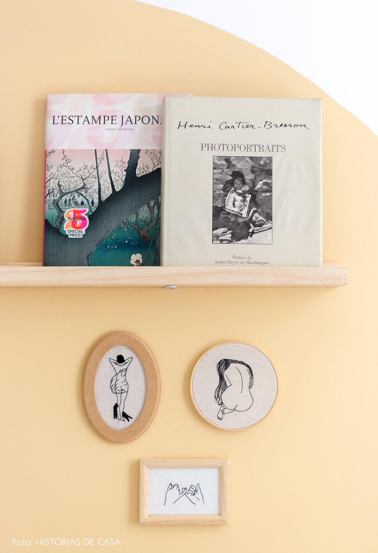 decoração Antes e depois de quarto circulo amarelo parede prateleira madeira bastidor bordado