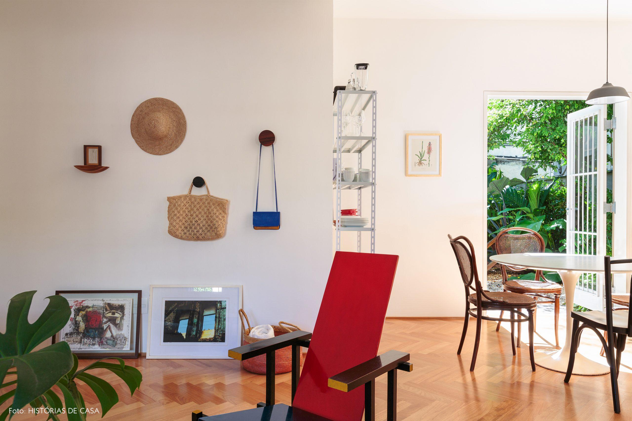 decoração sala cadeira red and blue cesto palha cabideiro redondo madeira