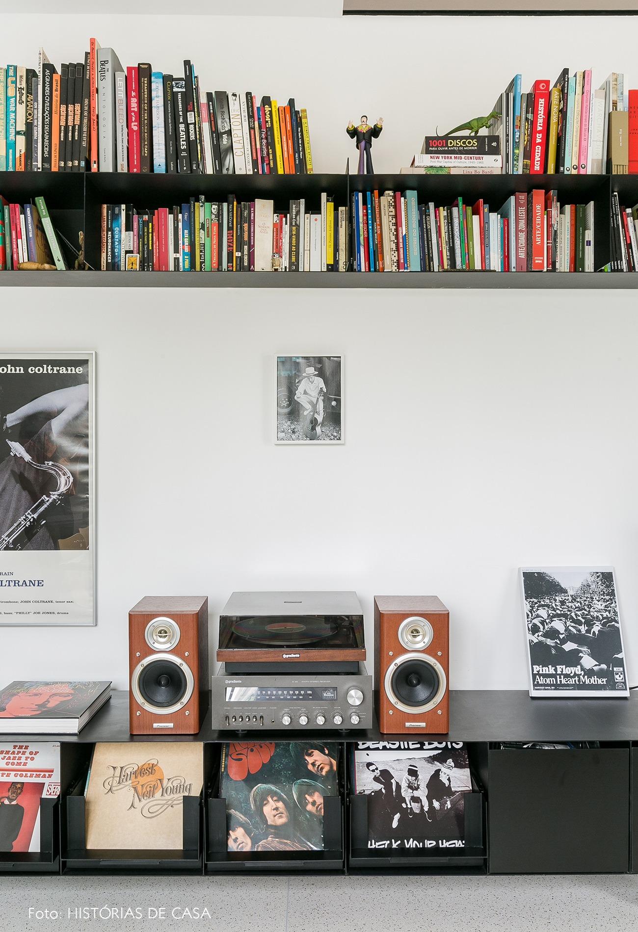 decoração apê minimalista marcenaria preta sala