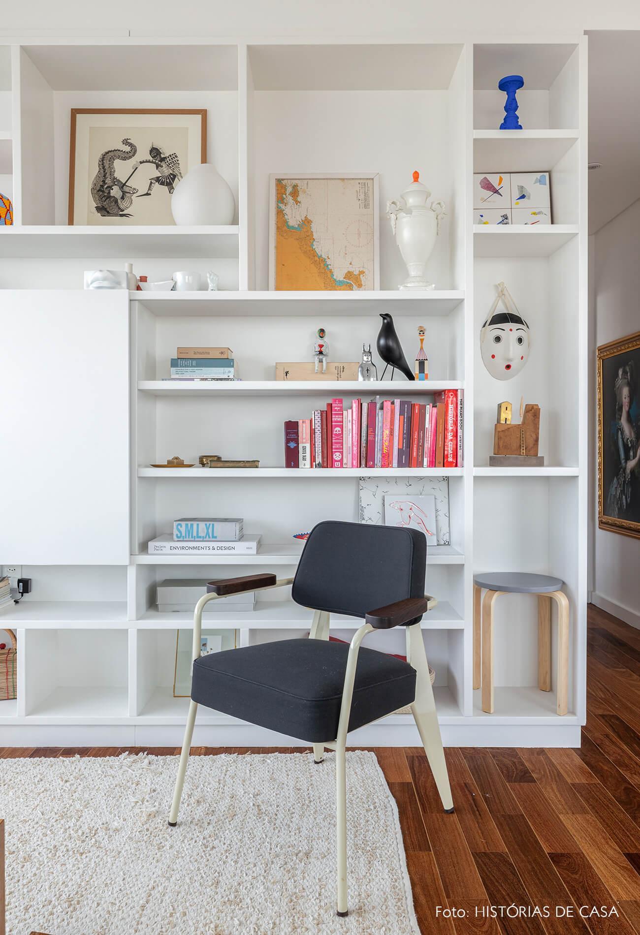 decoração sala estantes brancas poltrona escura passaro bird eames