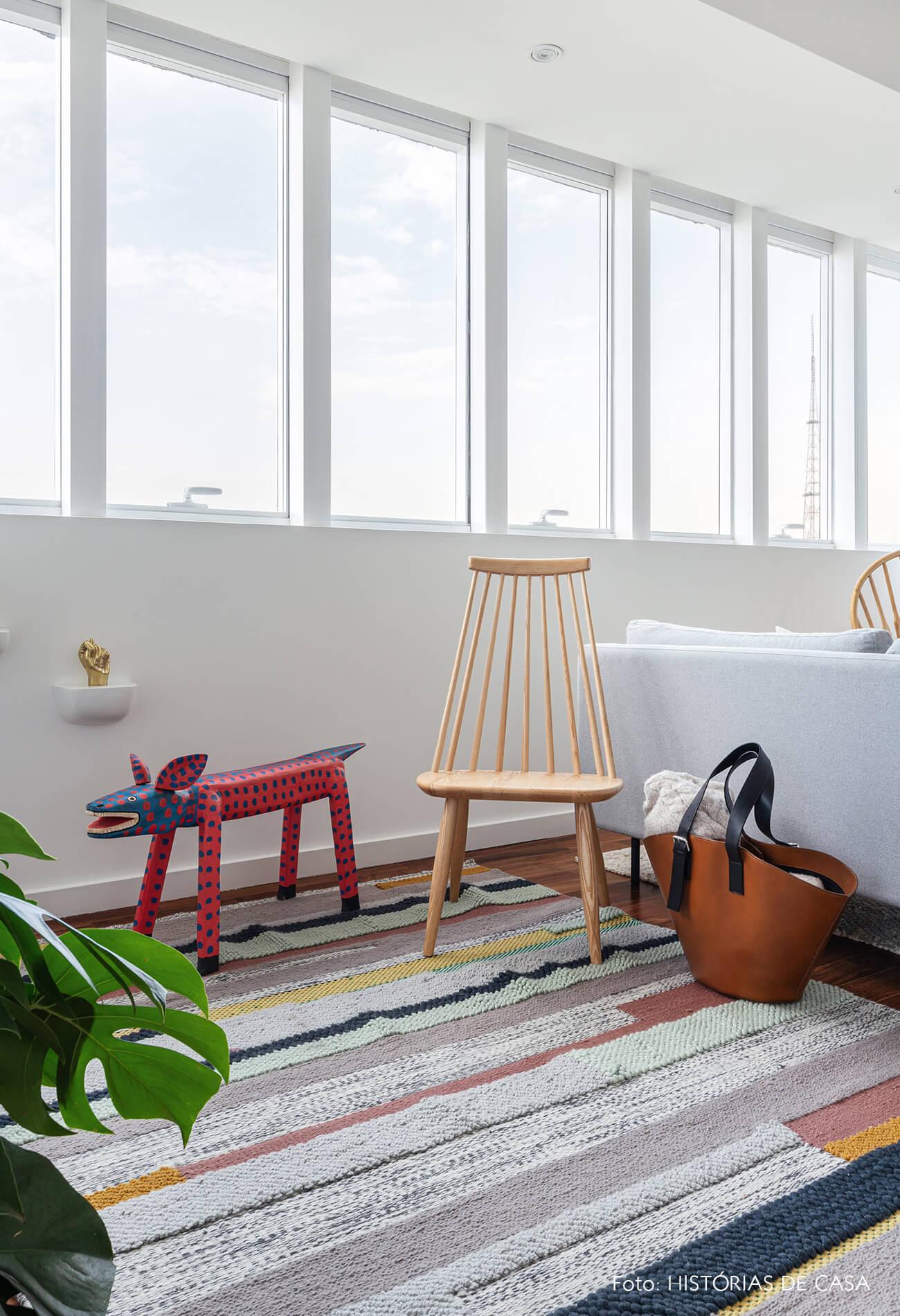 decoração sala com cadeira madeira escultura colorida