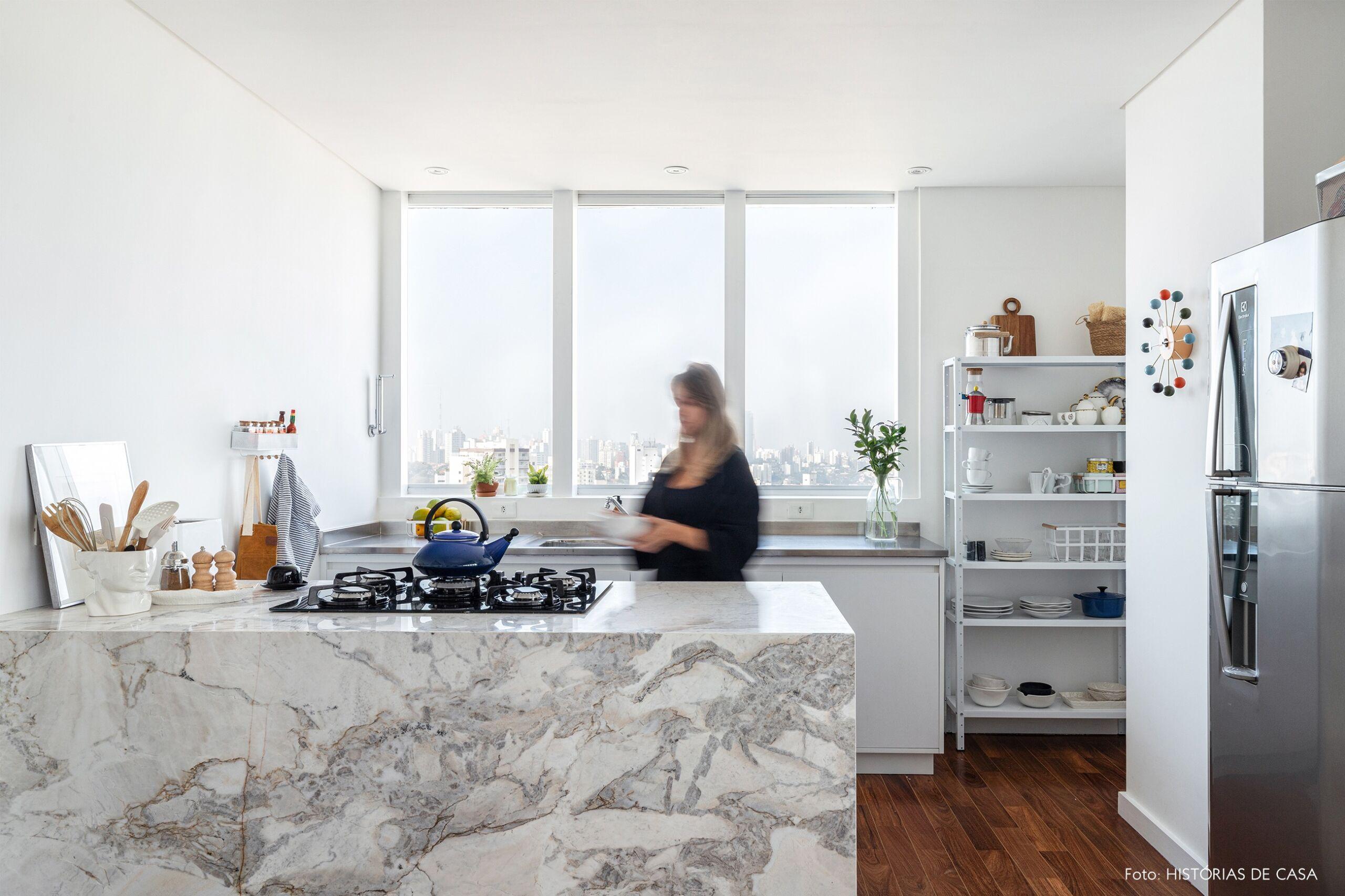 decoração cozinha clara com bancada marmore