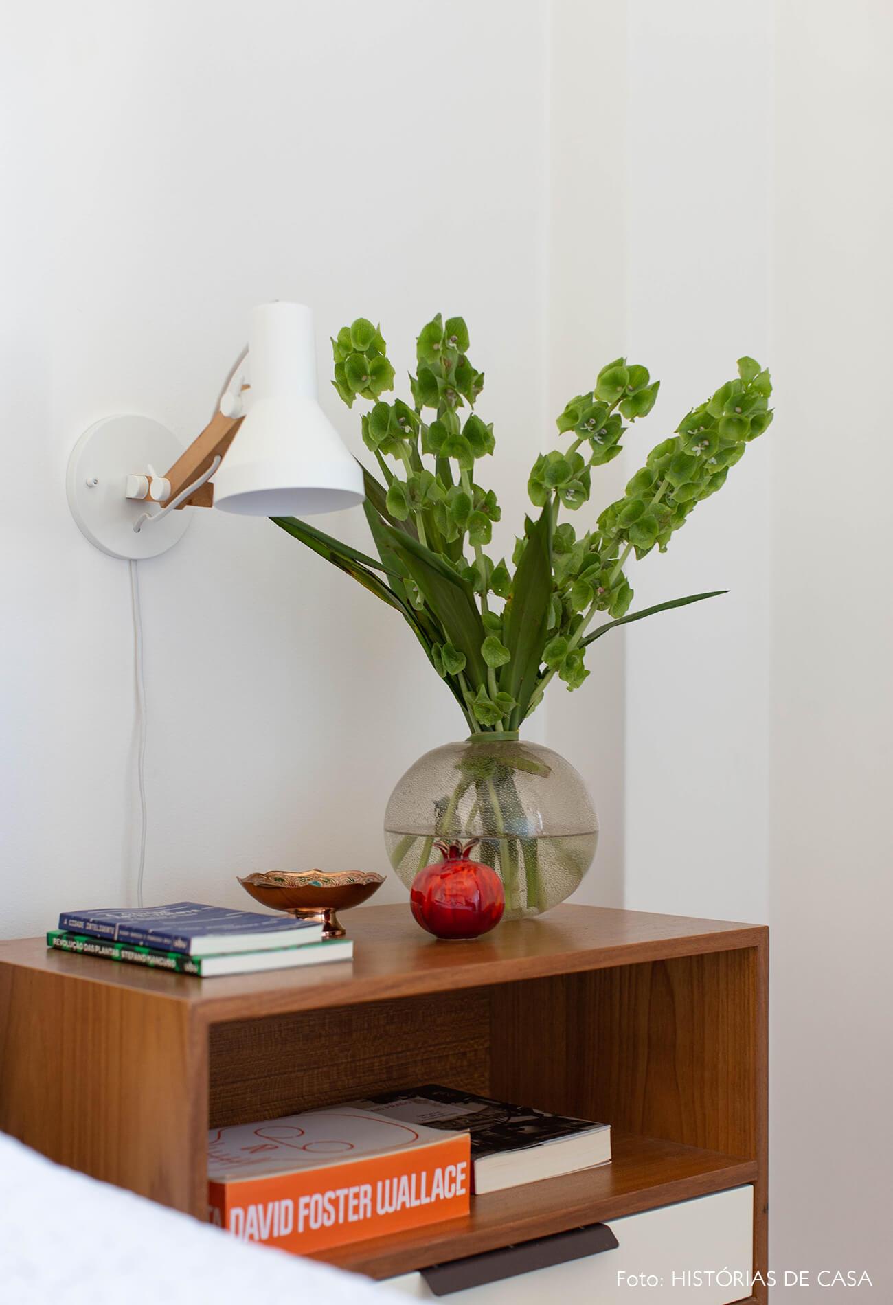 decoração quadros obrah mesa cabeceira e luminaria madeira