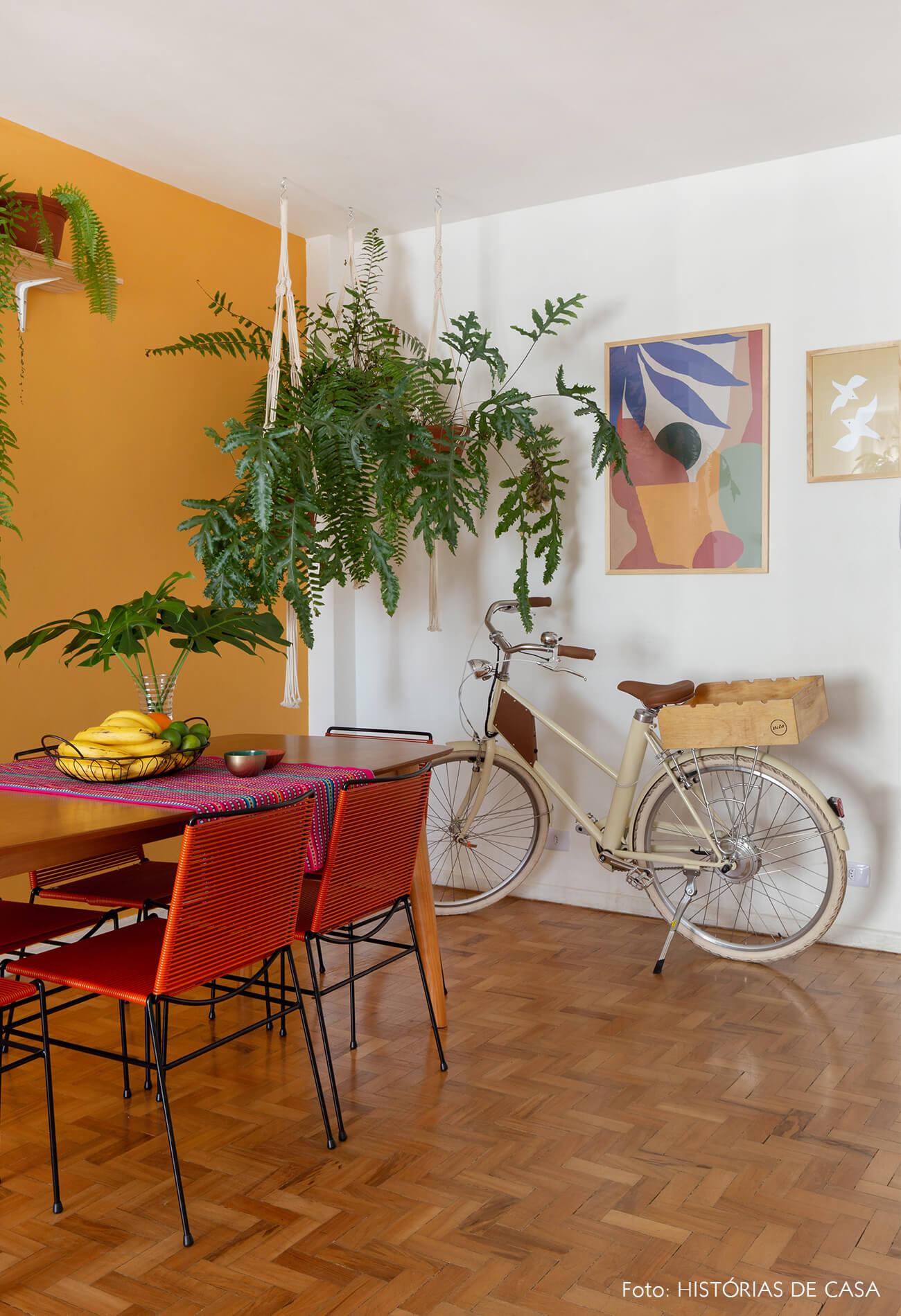 decoração obrah sala jantar parede mostarda quadros coloridos