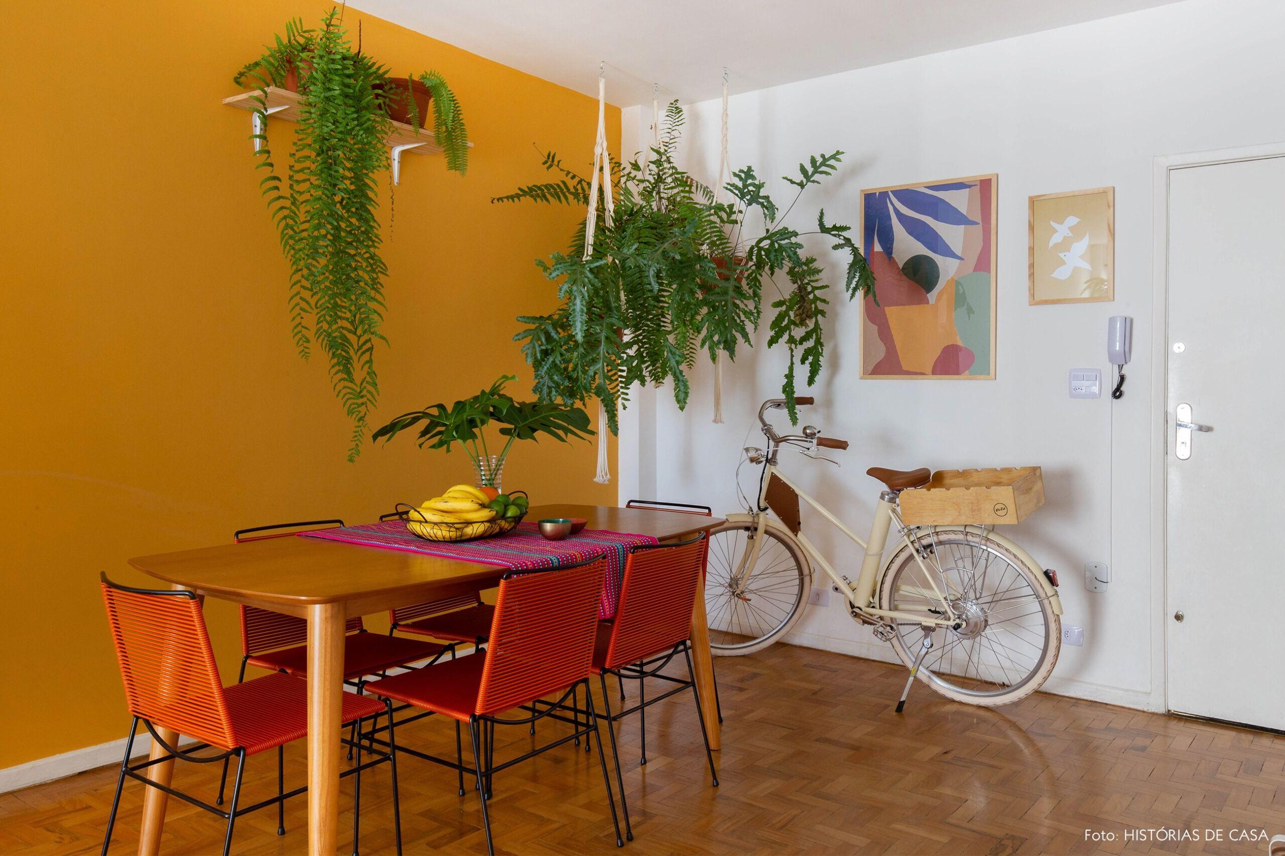 decoração obrah sala jantar parede mostarda quadros coloridos plantas