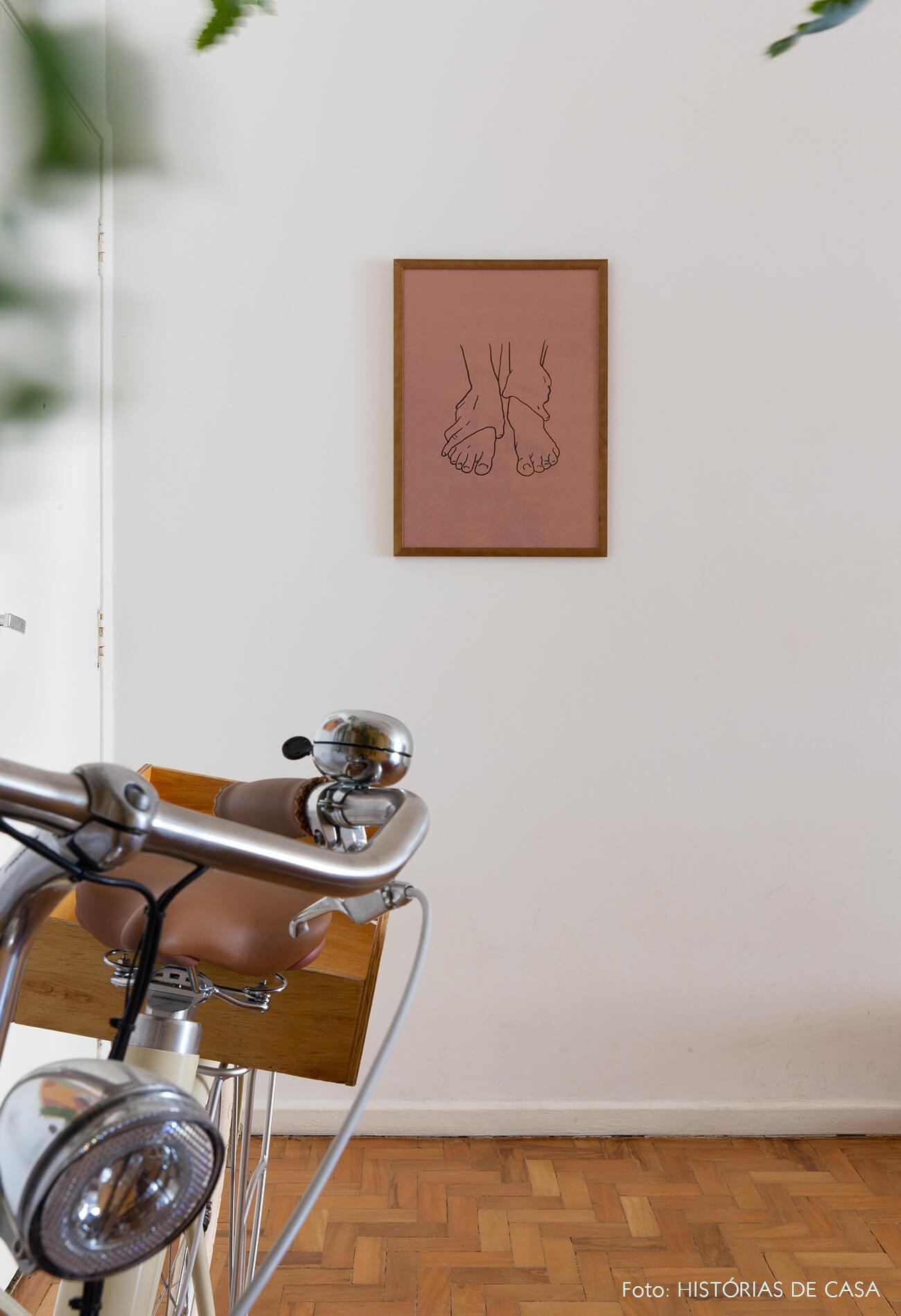 decoração obrah hall com bicicleta e quadro rosa