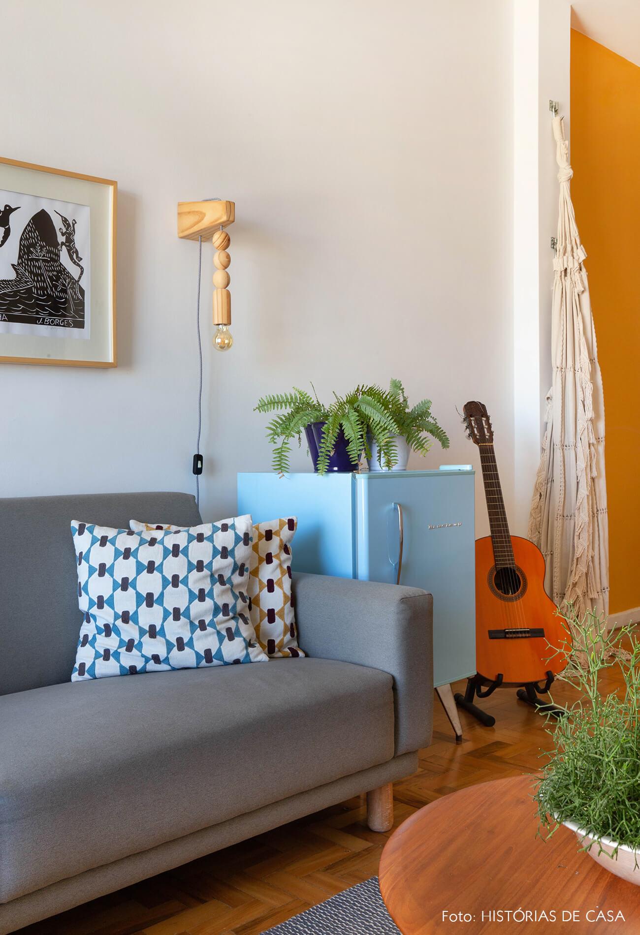 decoração quadros obrah sala com rede frigobar vintage luminaria madeira