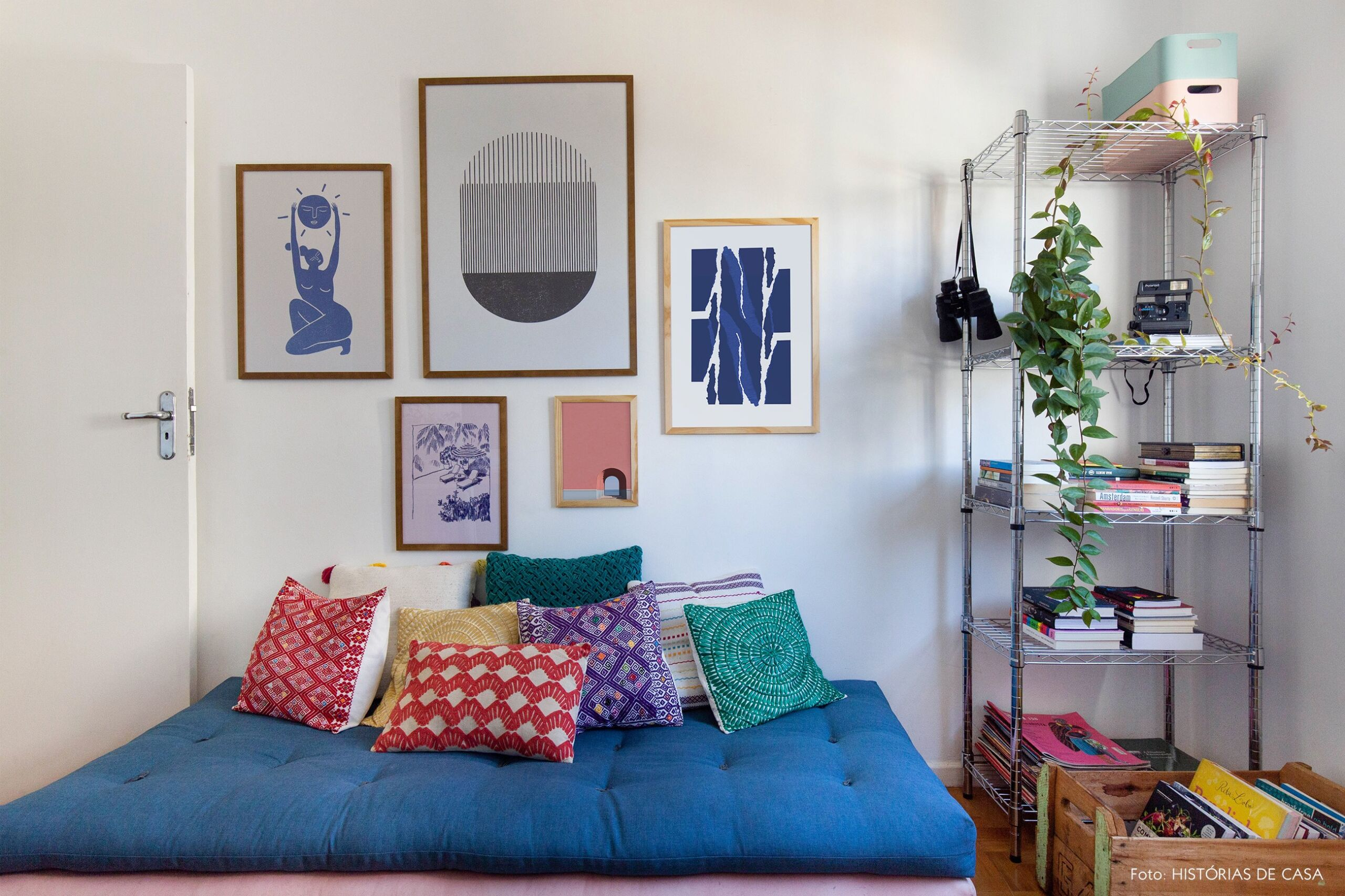 decoração obrah escritorio com futons coloridos e composição quadros