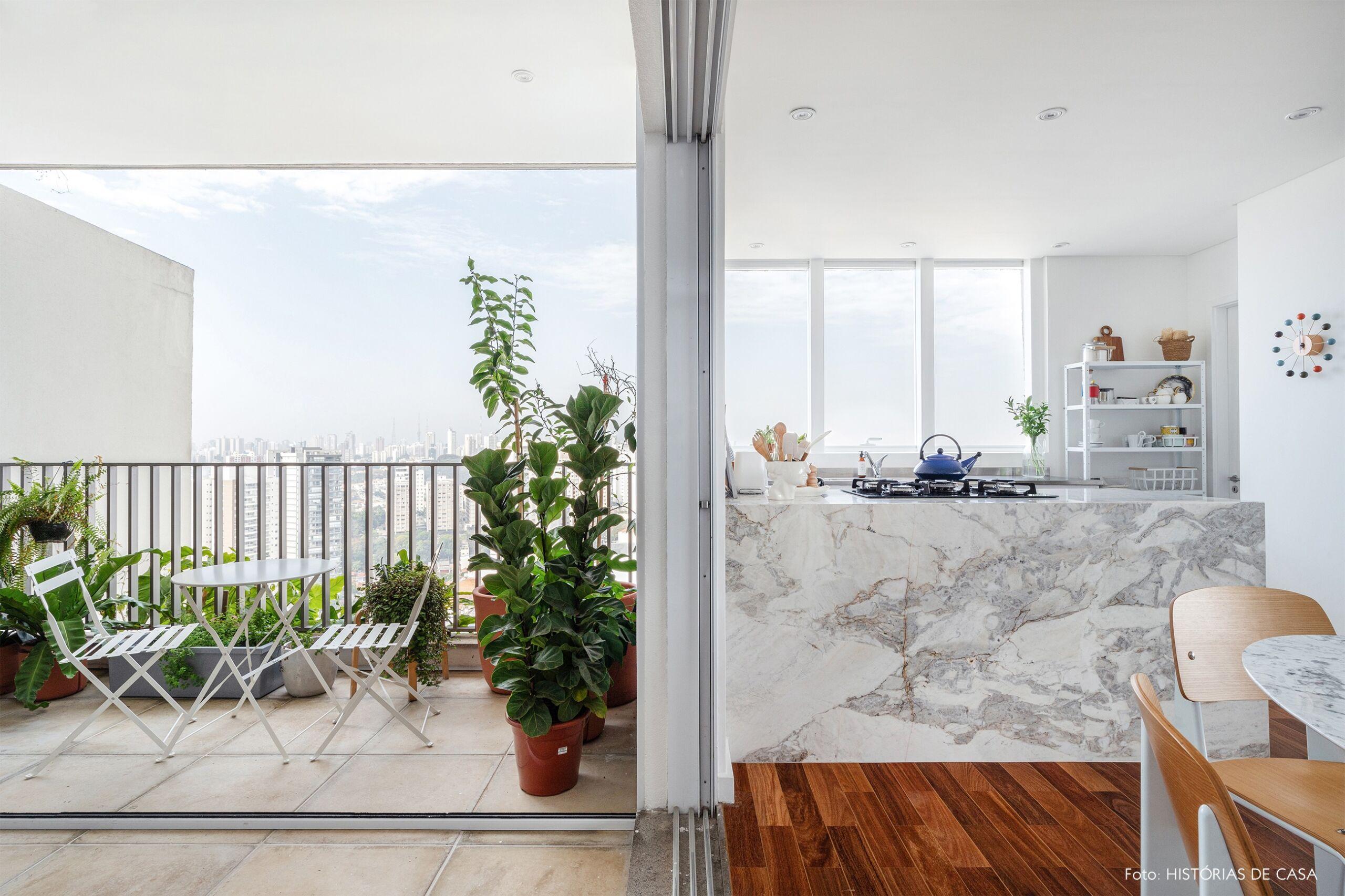 decoração cozinha com bancada marmore e varanda