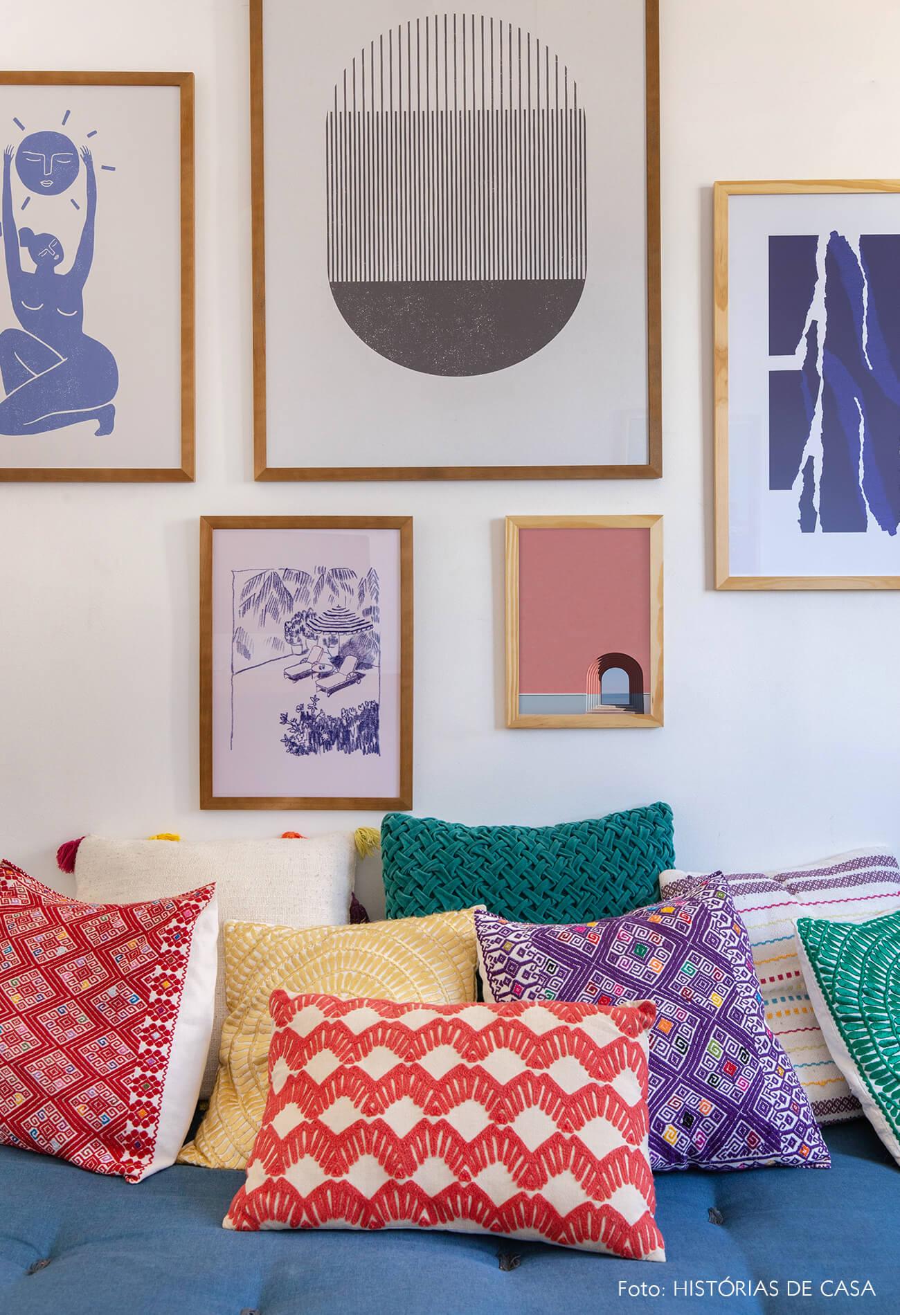 decoração composição quadros obrah almofadas coloridas