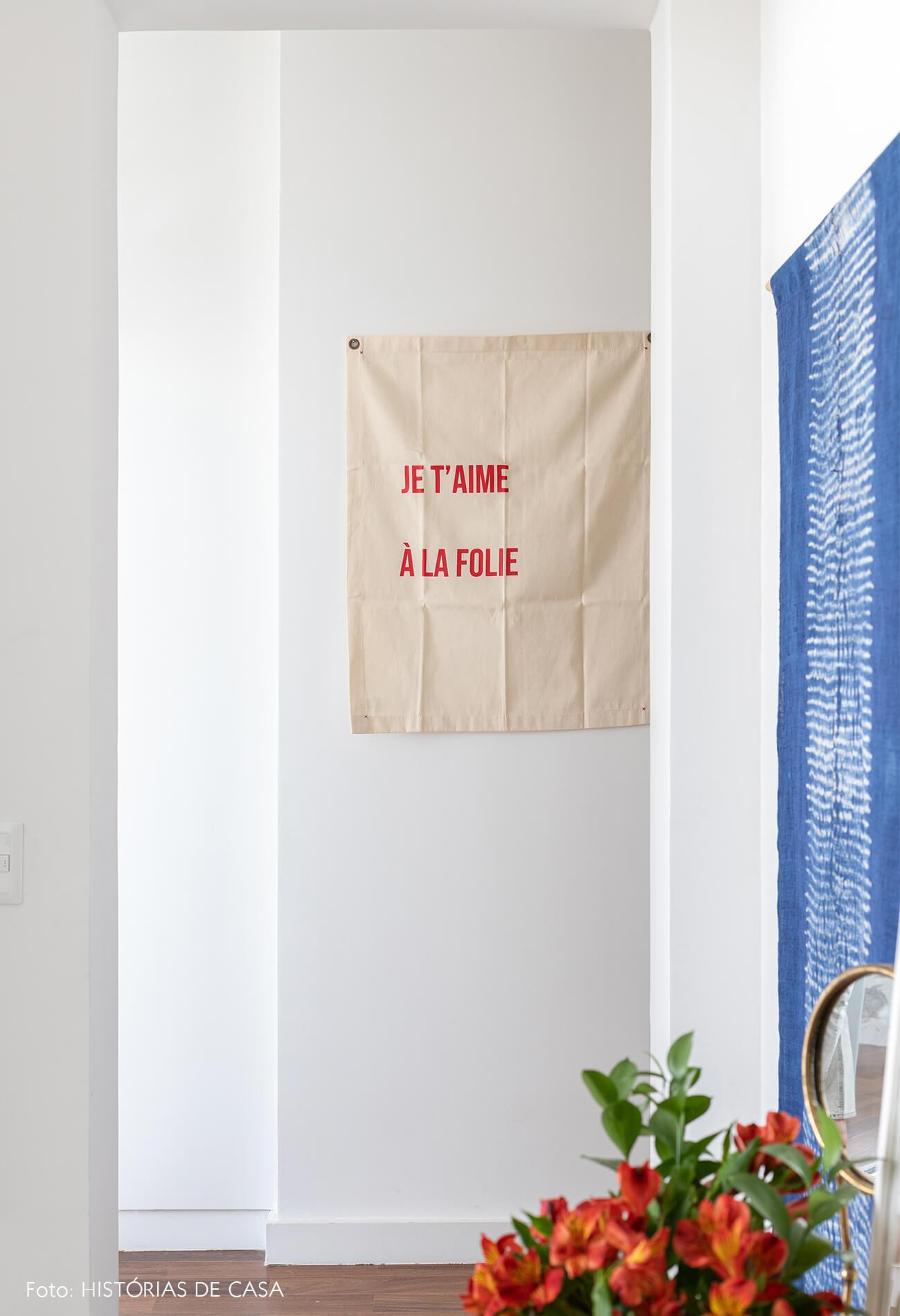 decoração corredor tecidos na parede