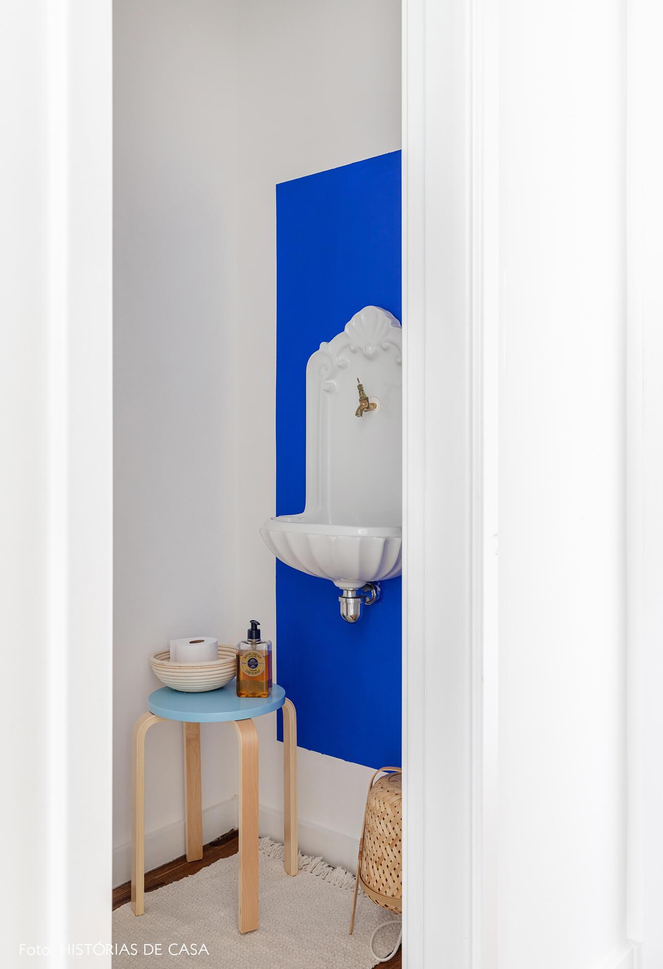decoração lavabo com pia vintage parede azul