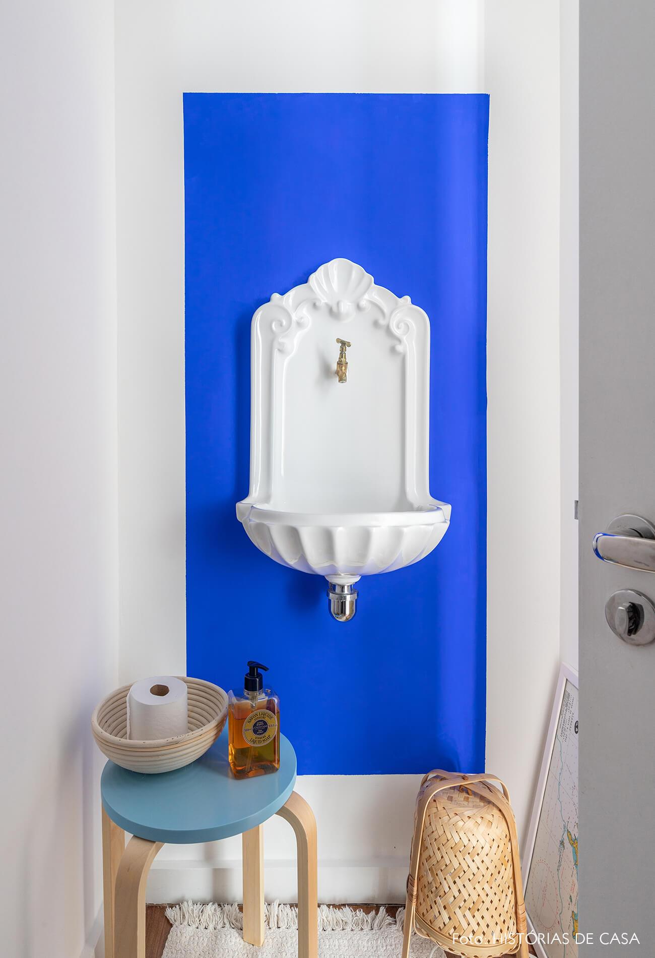 decoração lavabo com pia vintage e cesto