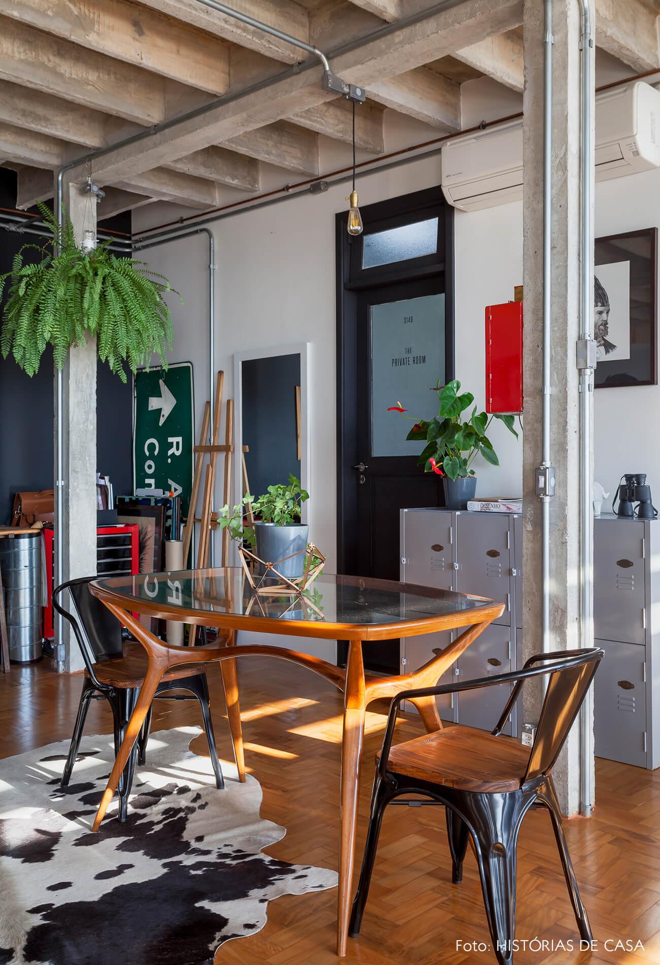 COPAN decoração sala jantar com parede preta cadeiras tolix