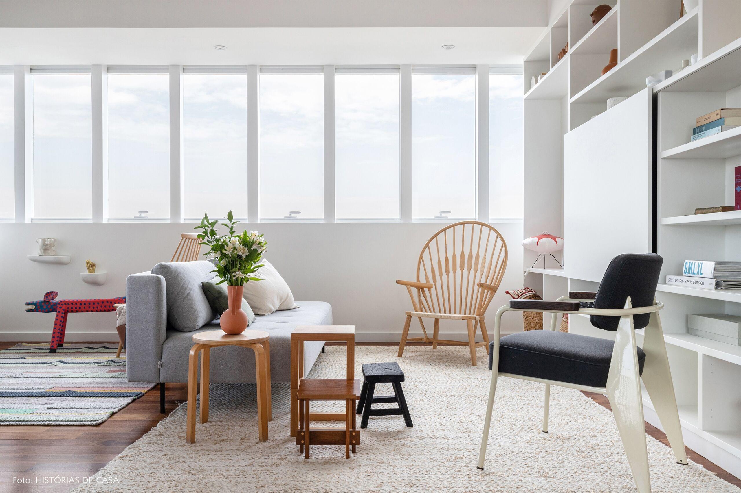 decoração sala clara com sofa cinza cadeira peacock
