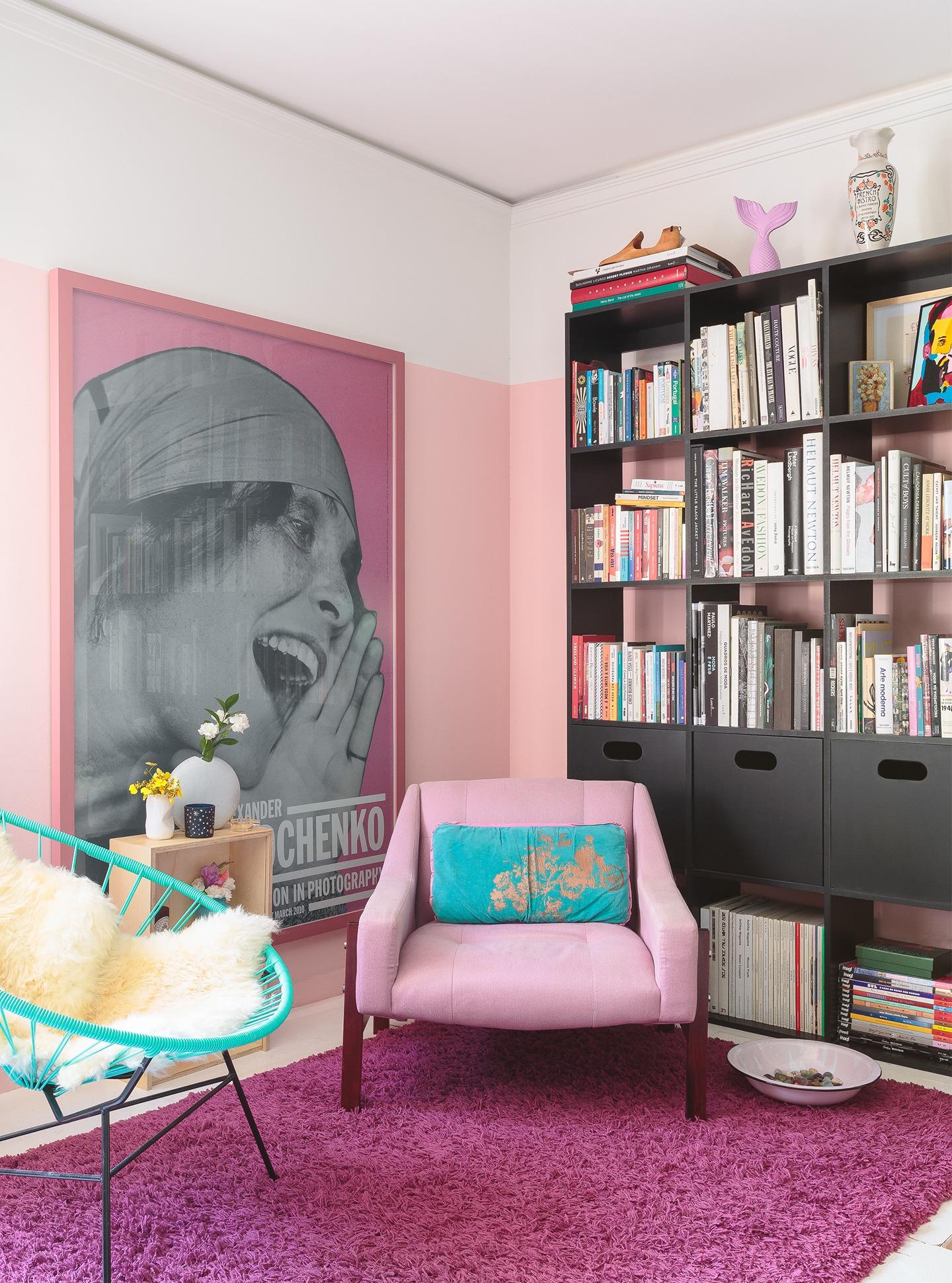 decoração colorida sala cadeira acapulco poltrona rosa estante preta