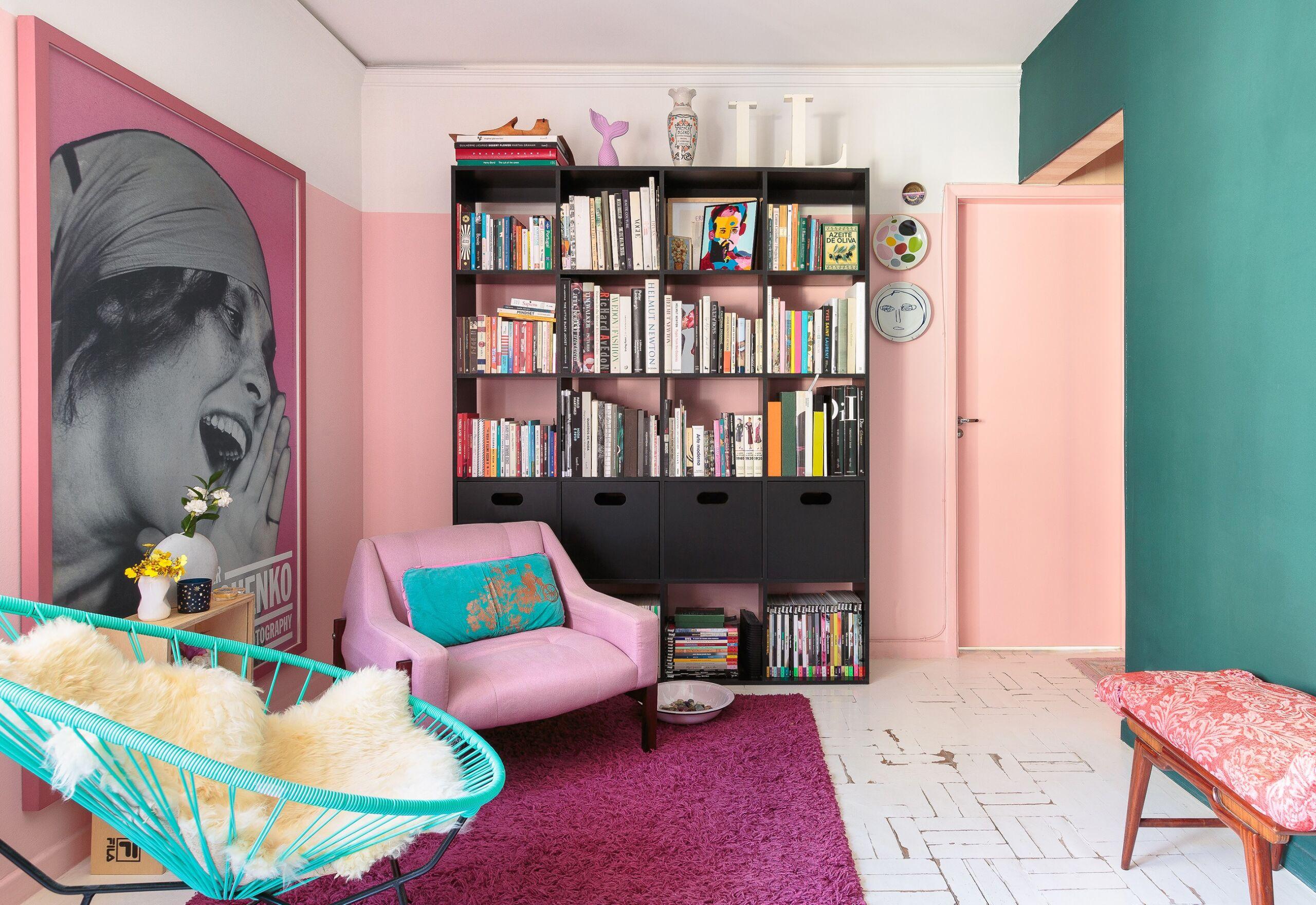 decoração colorida sala cadeira acapulco parede rosa e azul estante preta poltrona rosa