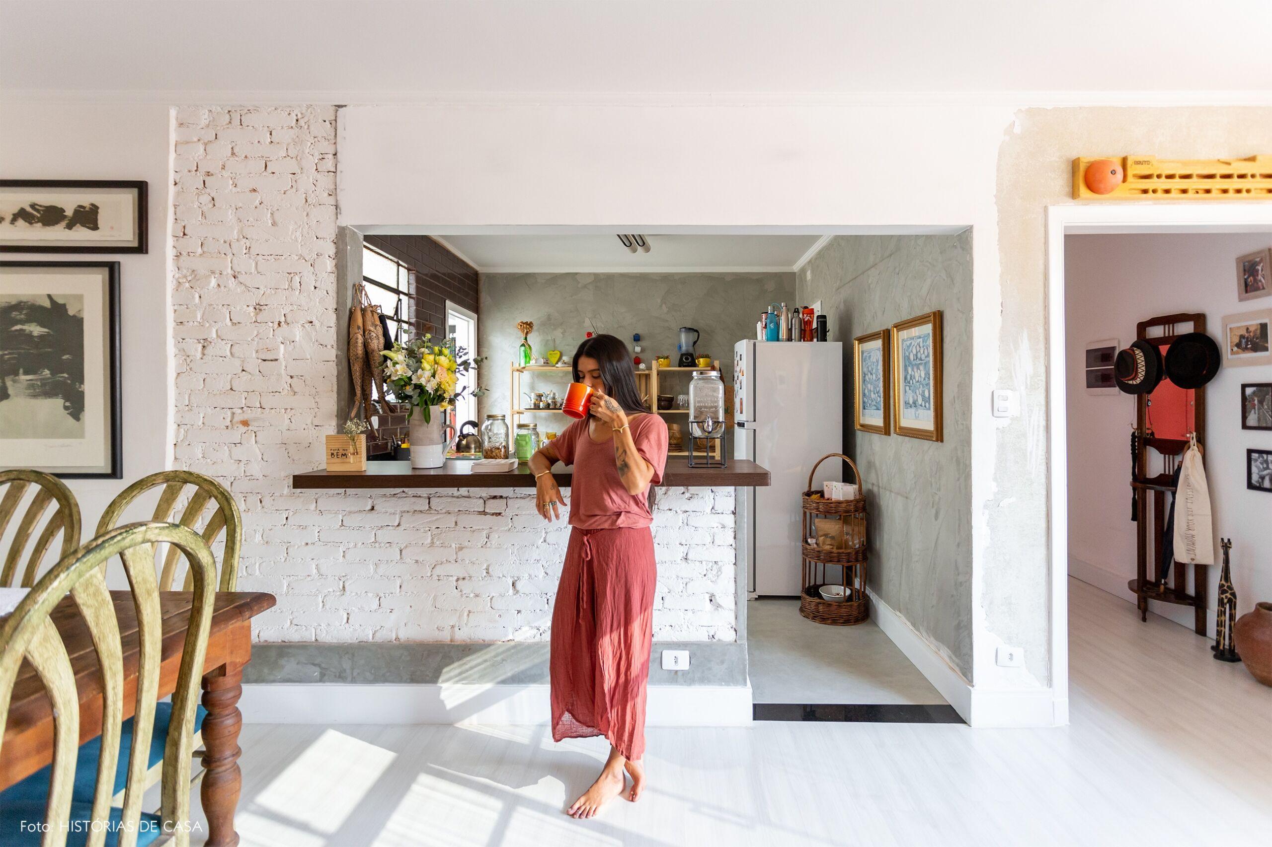 Apartamento com cozinha americana e piso claro