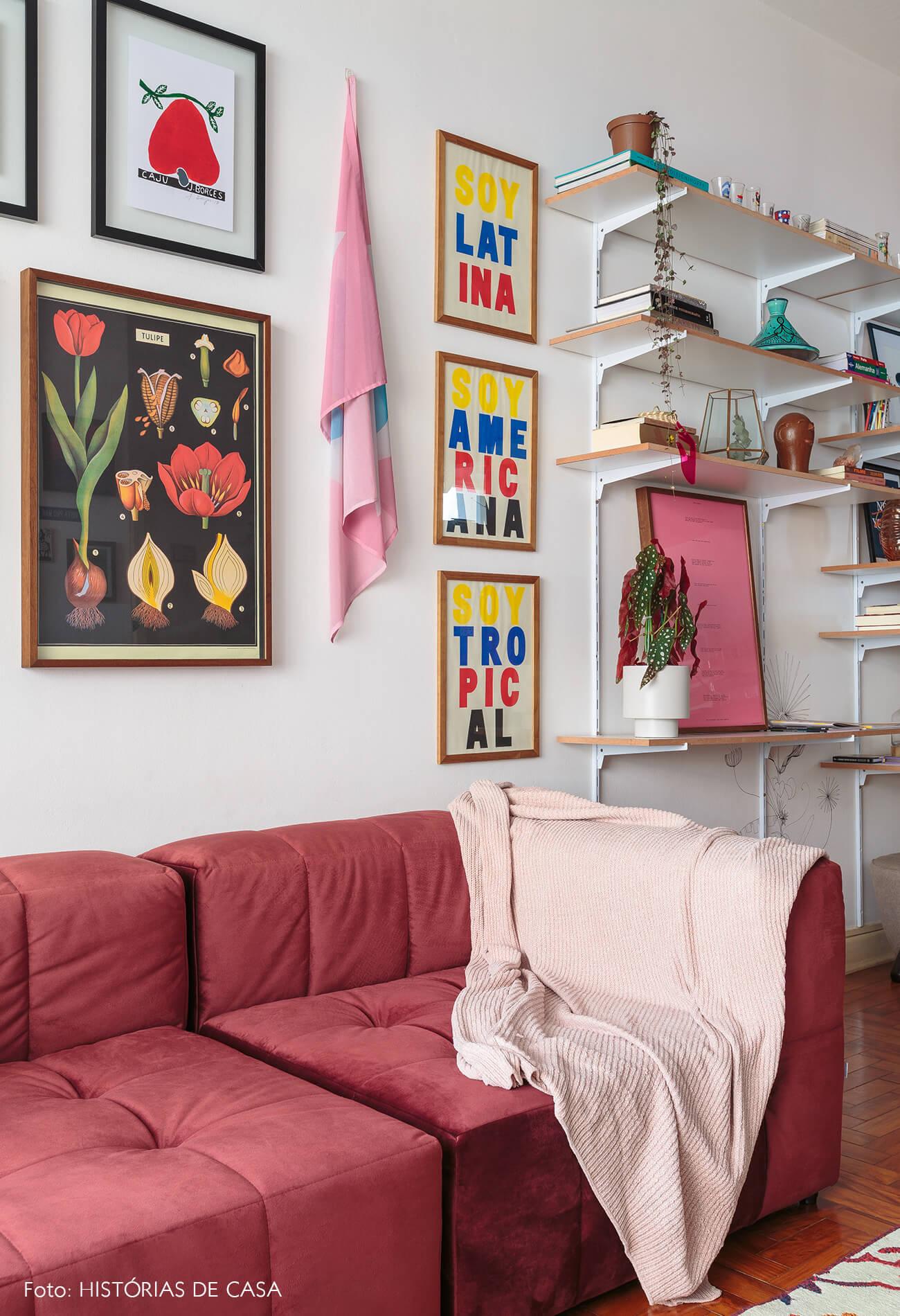 decoração sala sofa vermelho estantes brancas
