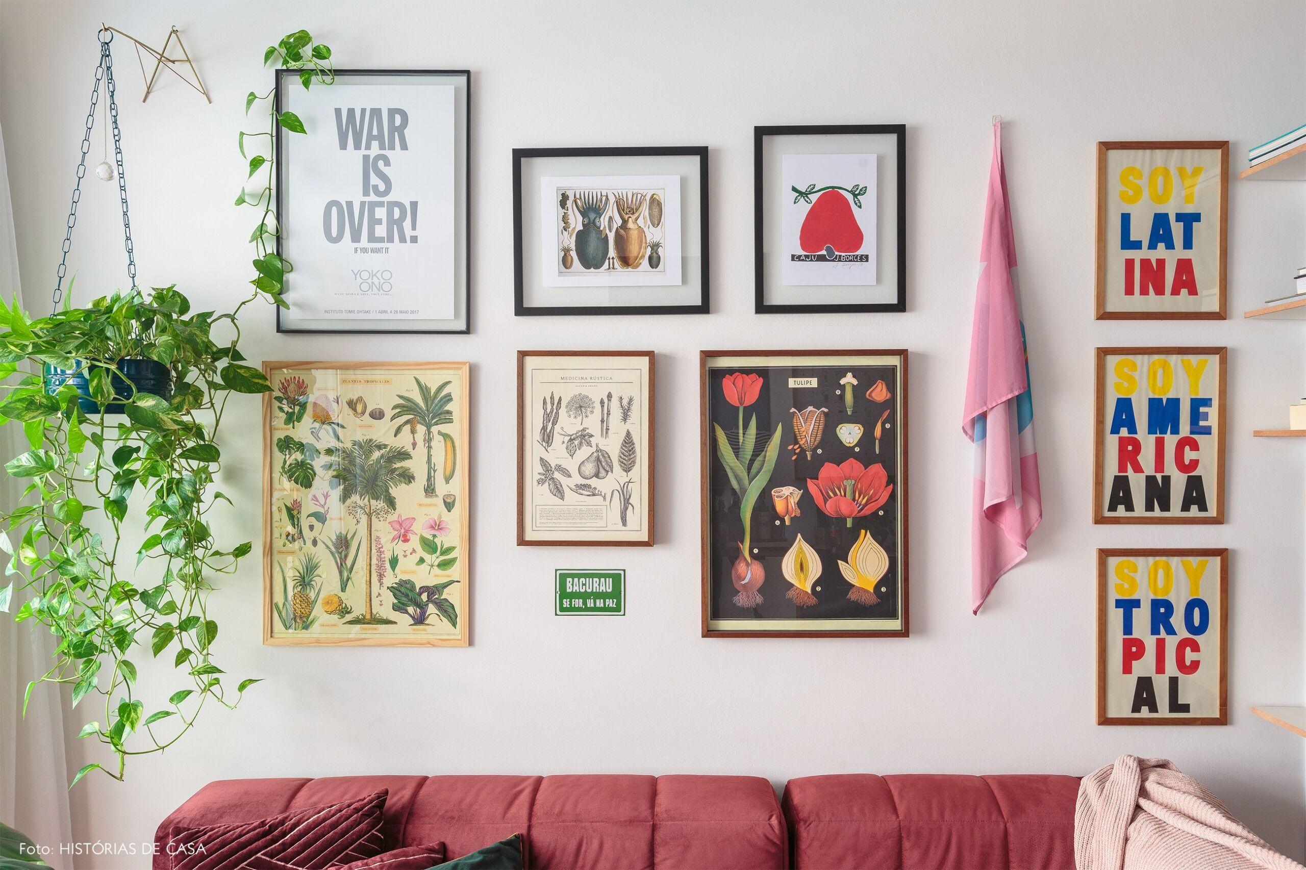 decoração sala quadros parede sofa vermelho