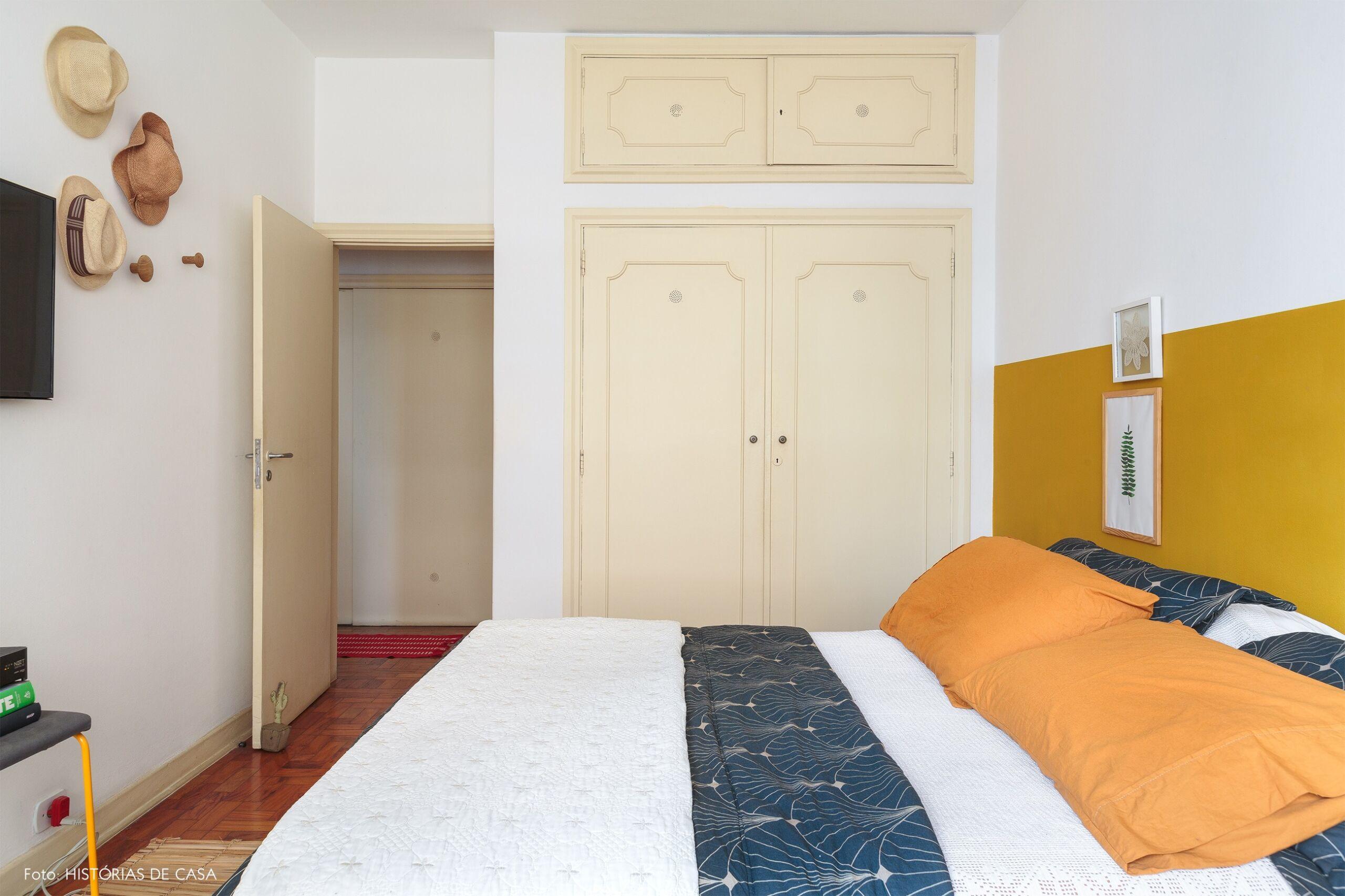 decoração quarto meia parede mostarda chapeus palha