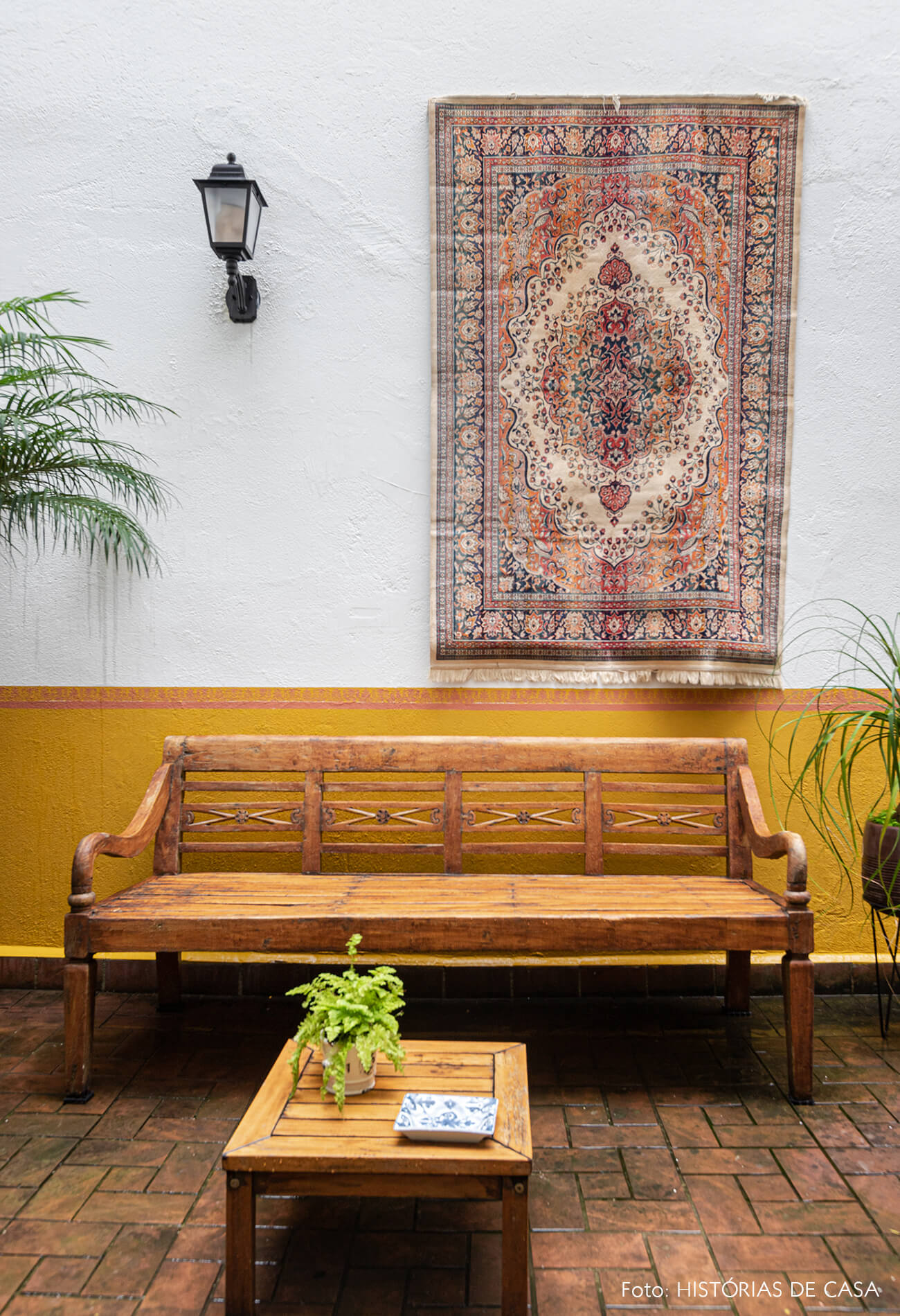 decoração jardim meia parede amarela tapete na parede