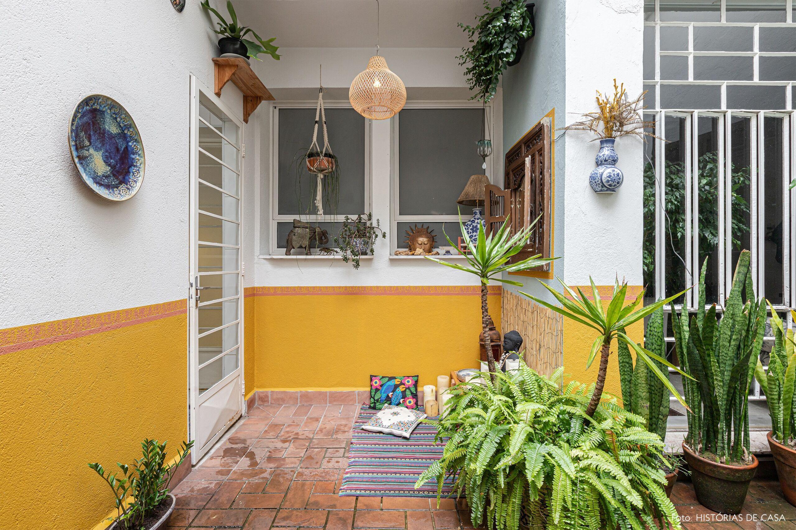 decoração jardim meia parede amarela canto de meditação