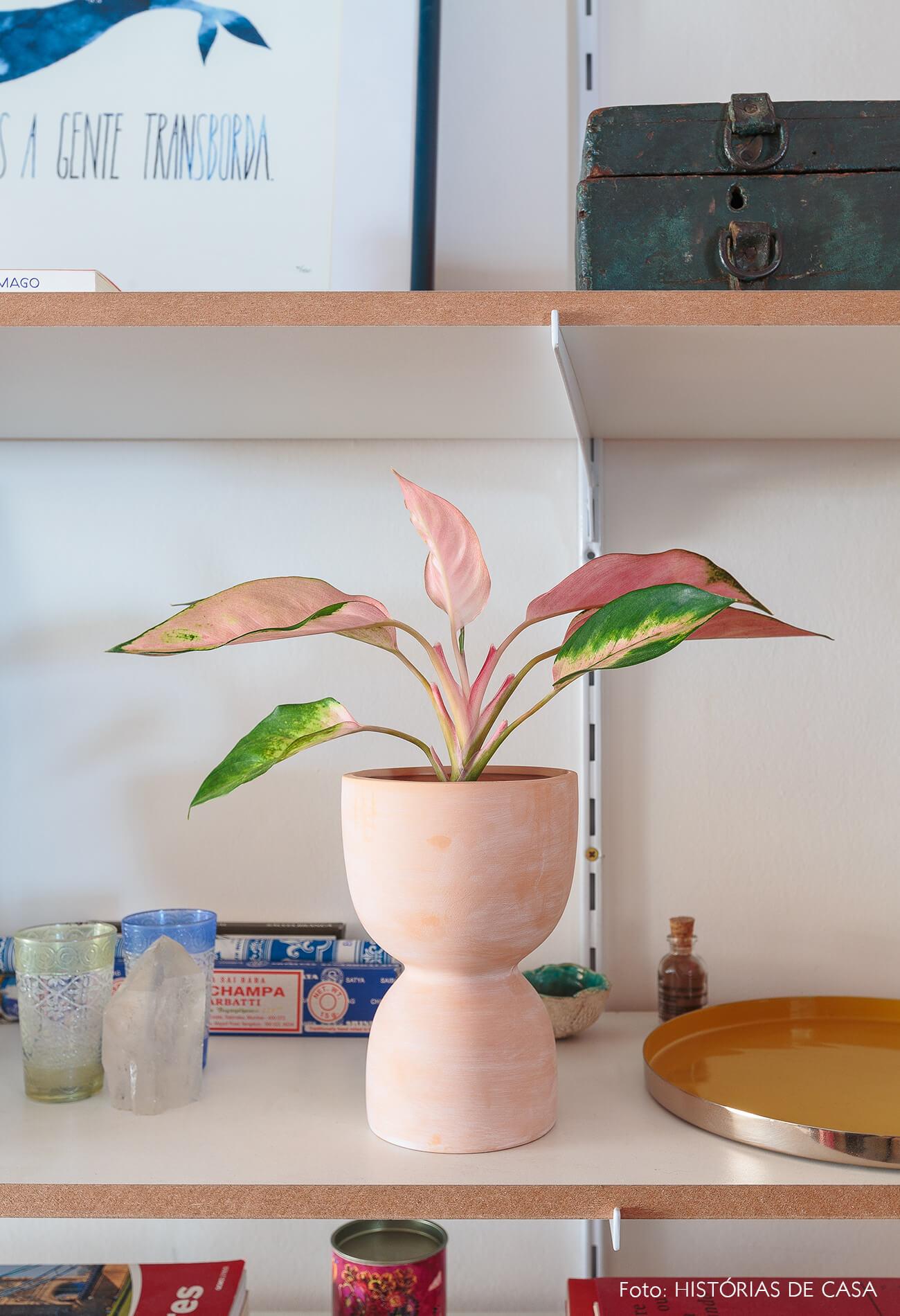 decoração estantes brancas vaso ceramica