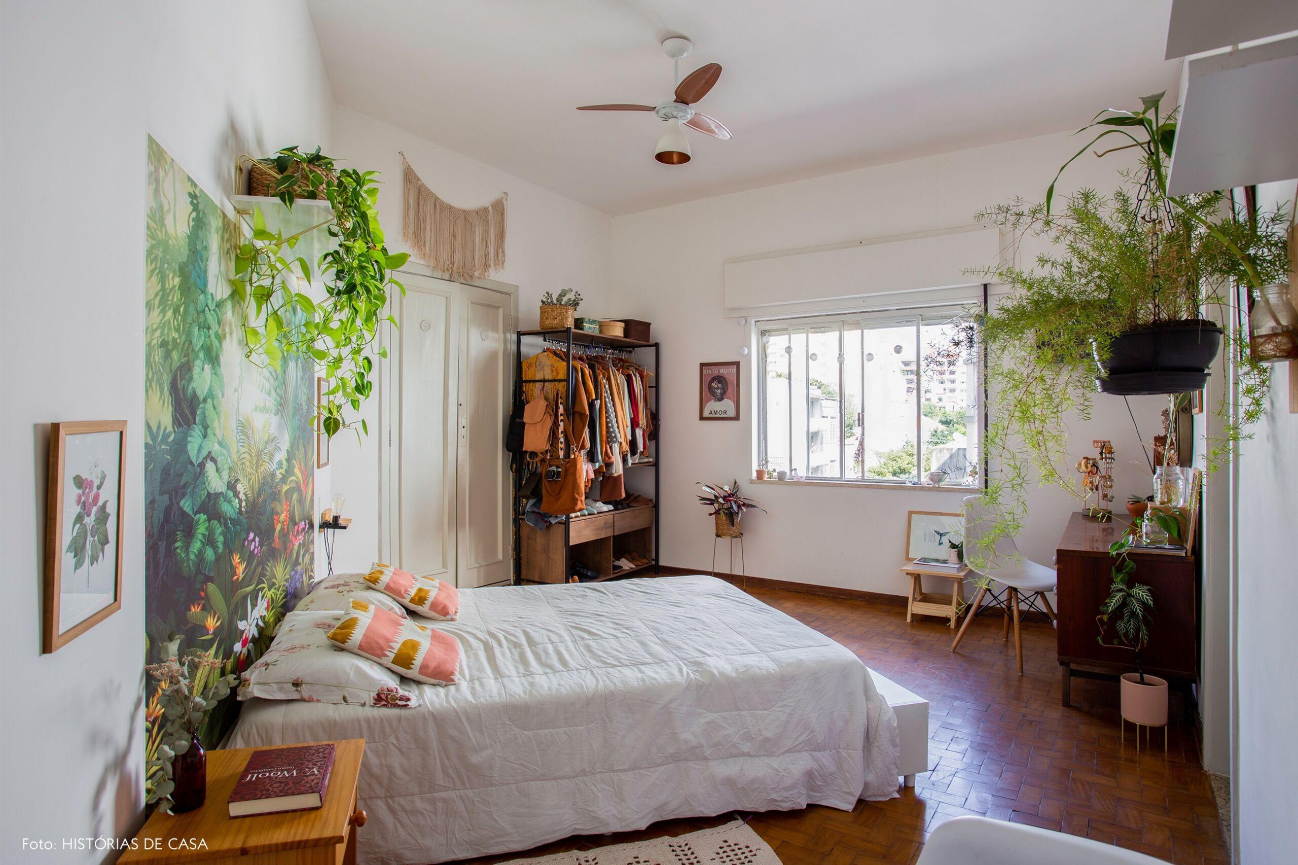 decoração quarto amplo cadeira eames papel de parede floral