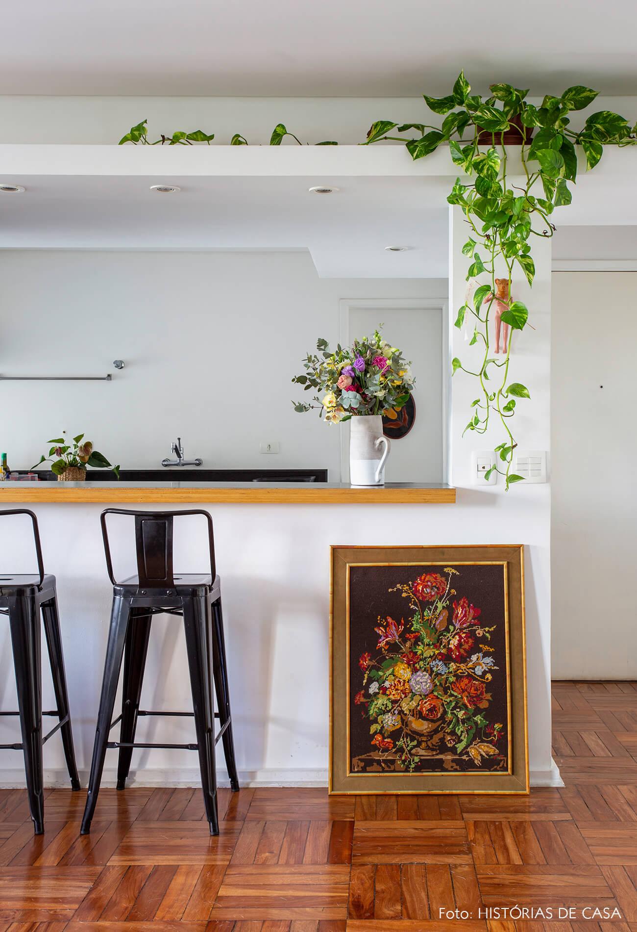 Apartamento alugado com cozinha americana e piso de tacos