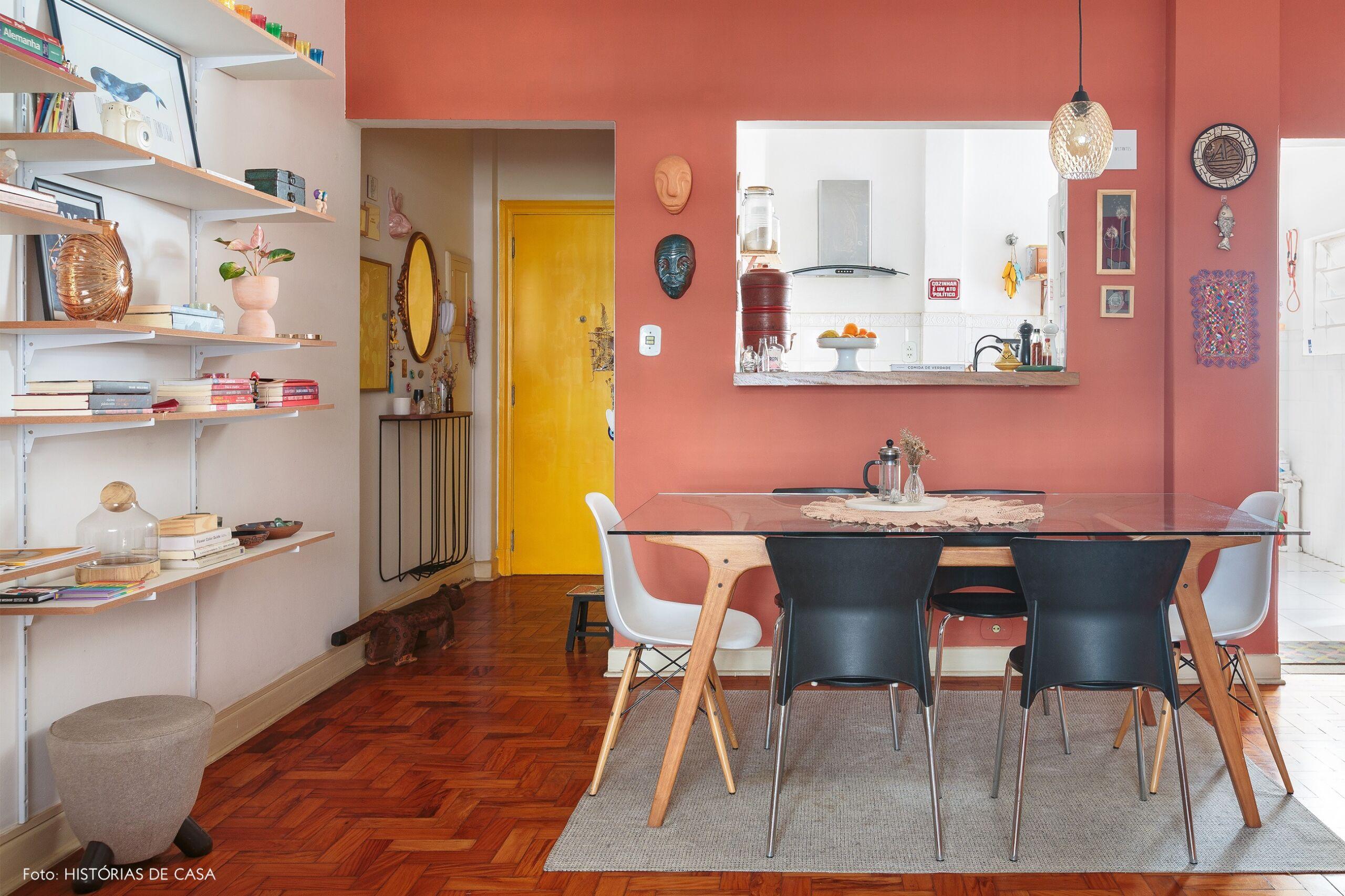 decoração sala jantar parede terracota cadeira eames