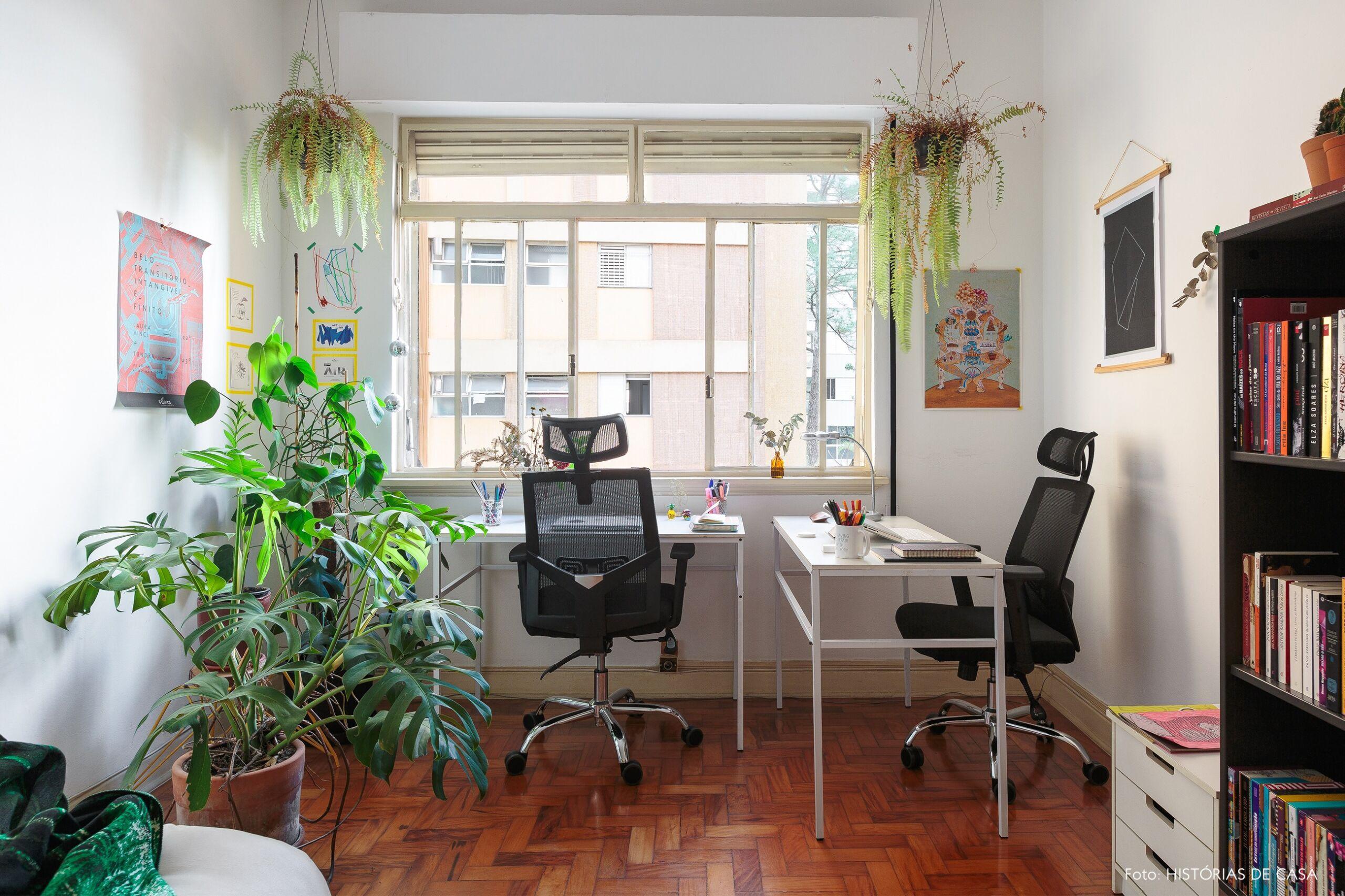 decoração escritório mesas brancas plantas