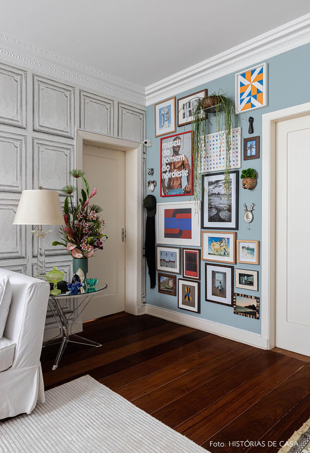 decoração sala parede galeria azul