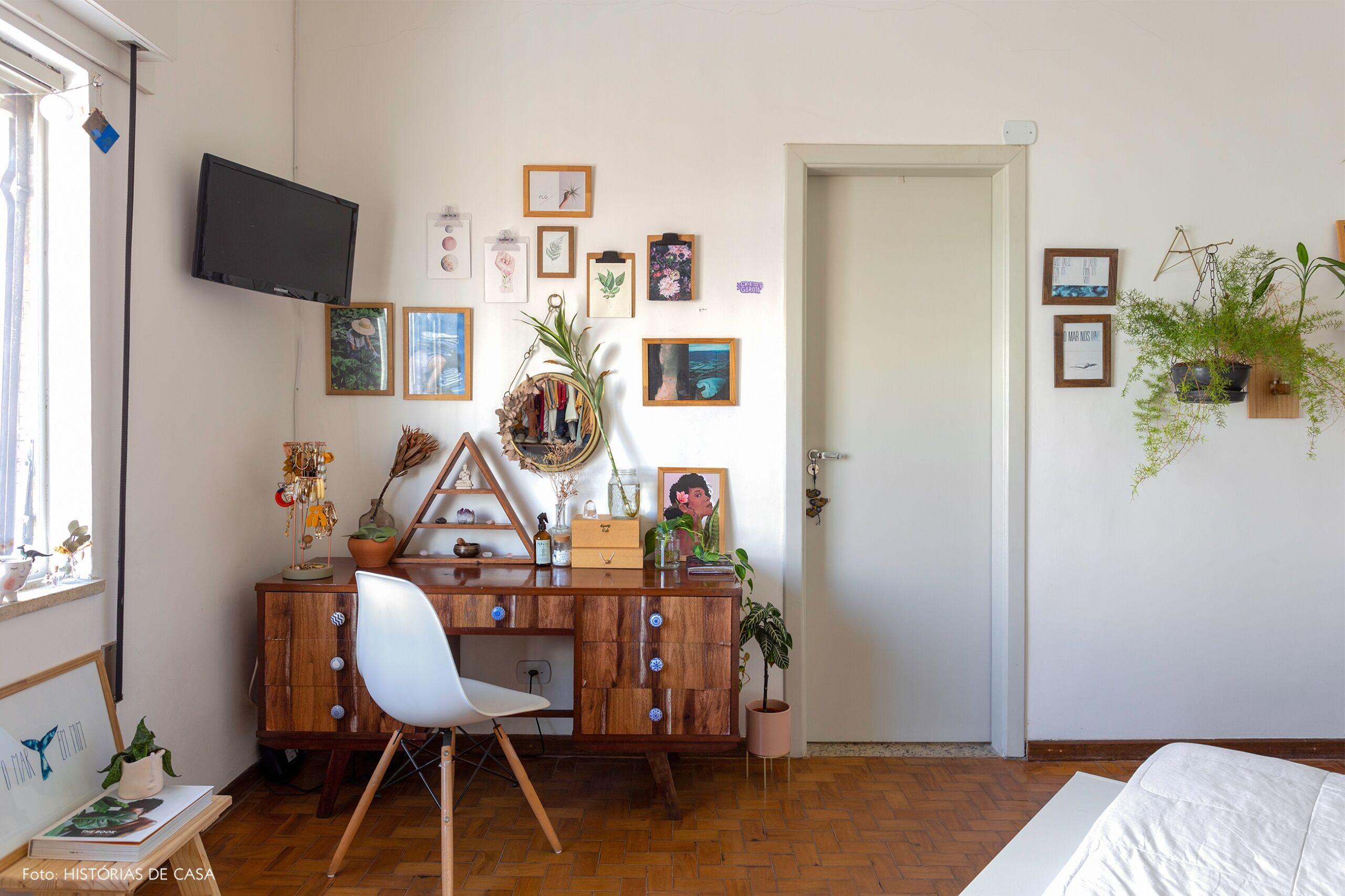 decoração quarto mesa penteadeira madeira vintage cadeira eames