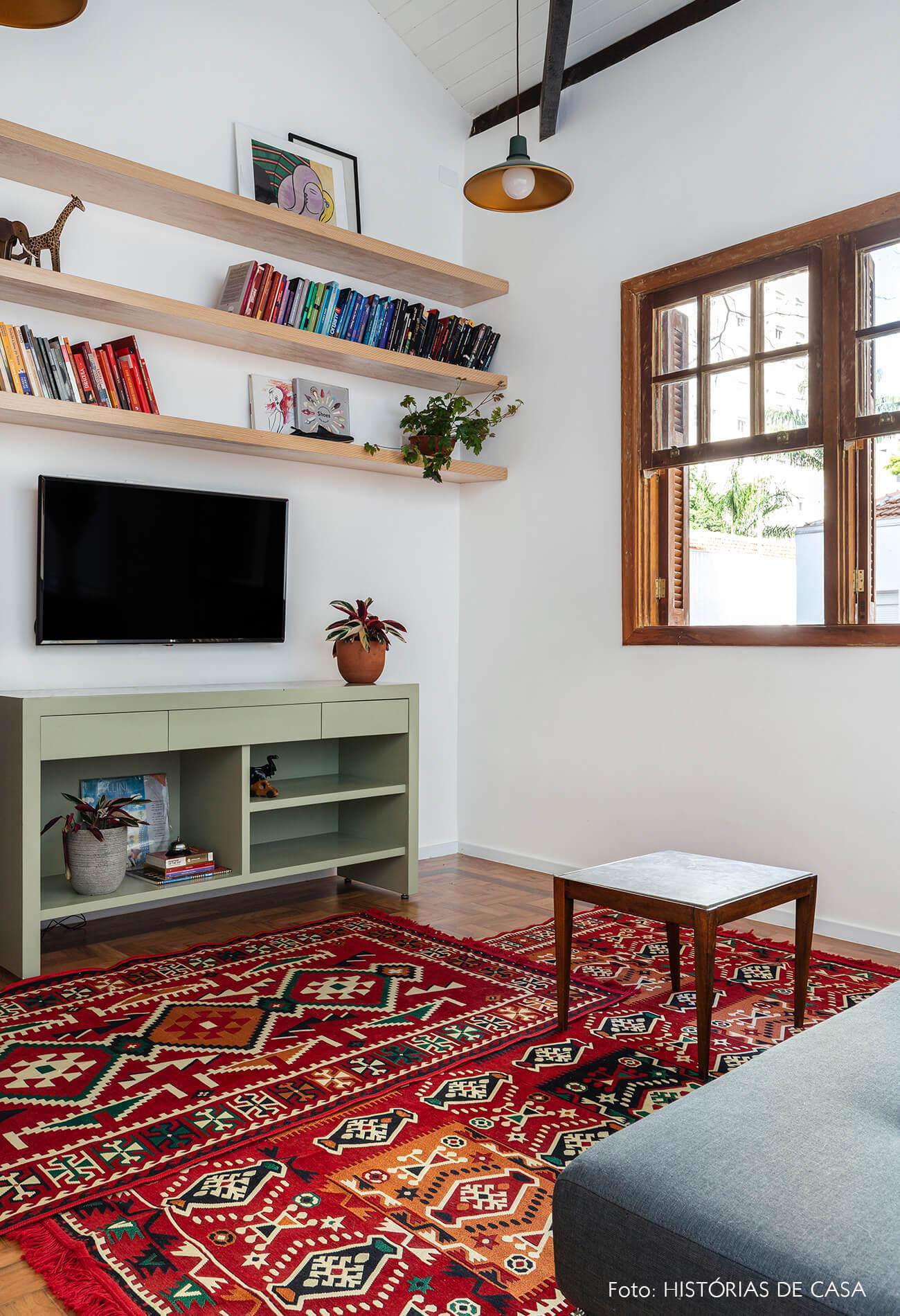 decoração sala tv prateleiras madeira